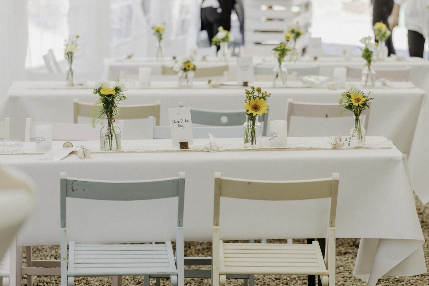pastellfarbene Stühle zur Hochzeit