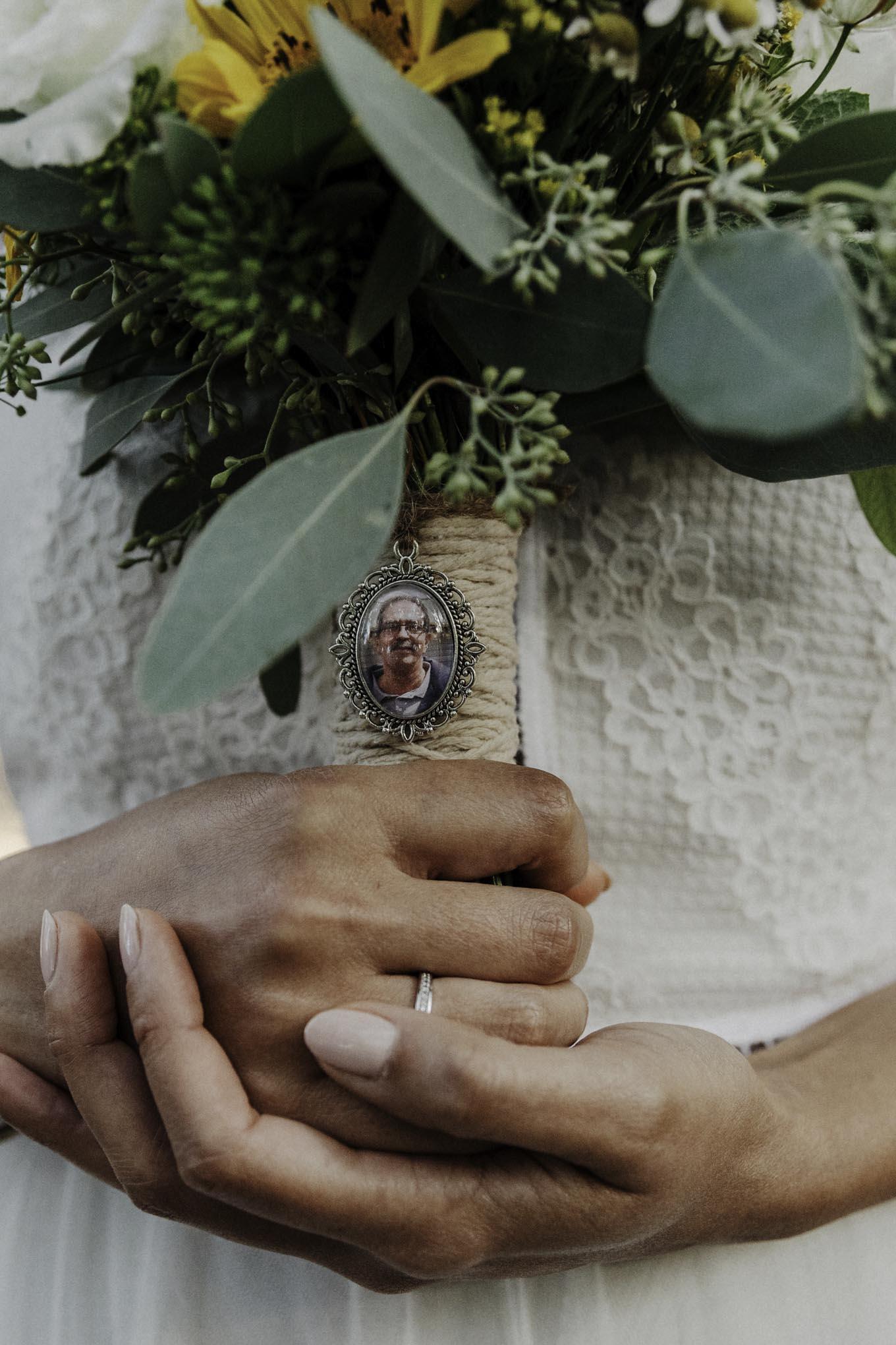 Fotoanhänger am Brautstrauß