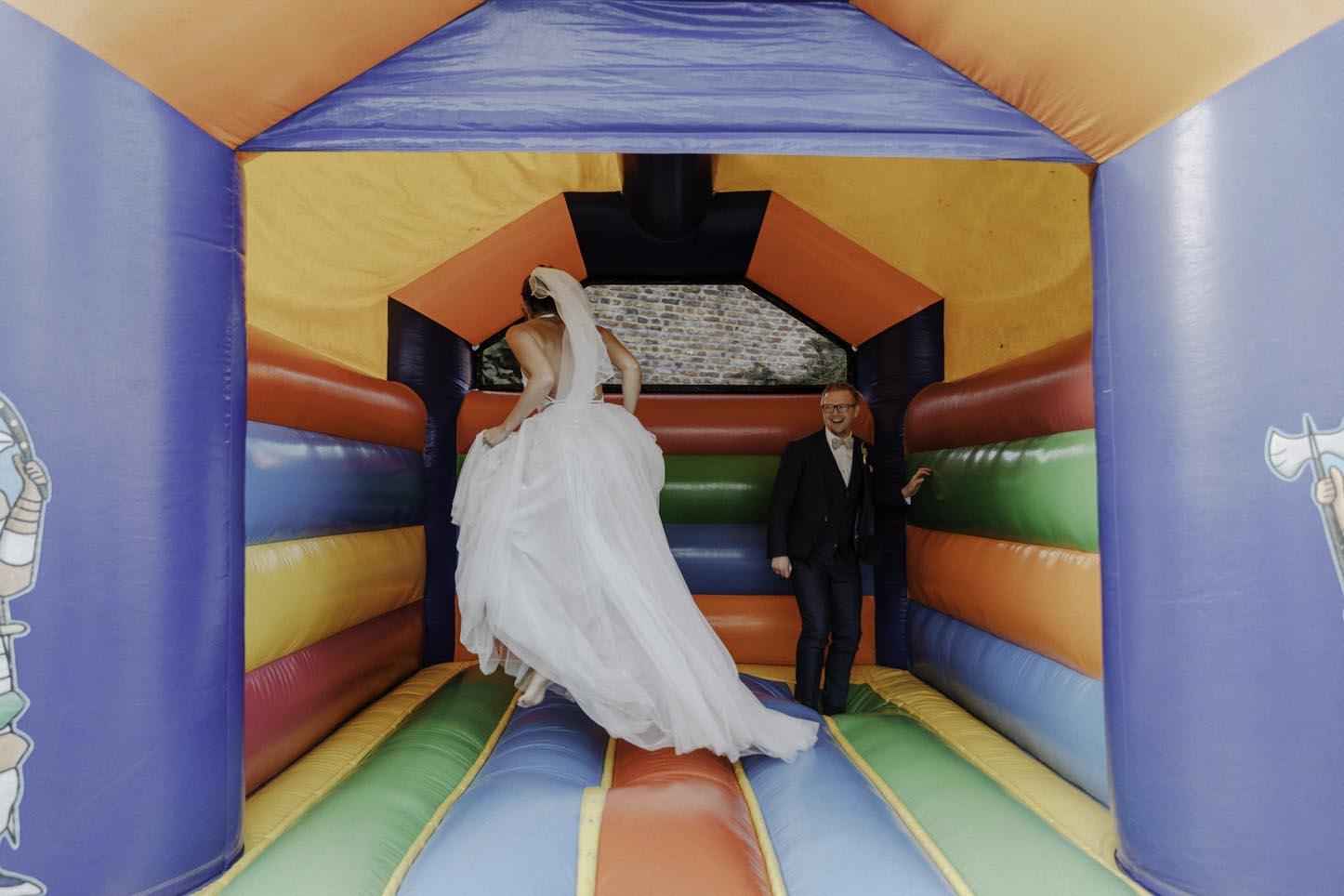 Brautpaar in Hüpfburg