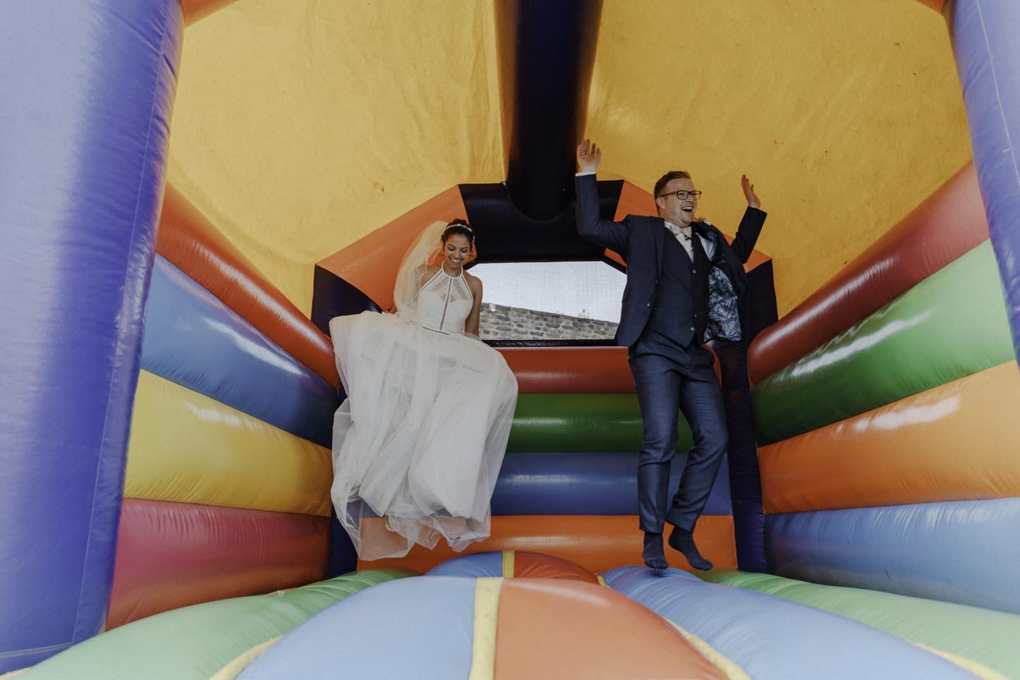 Brautpaarfotos in Hüpfburg
