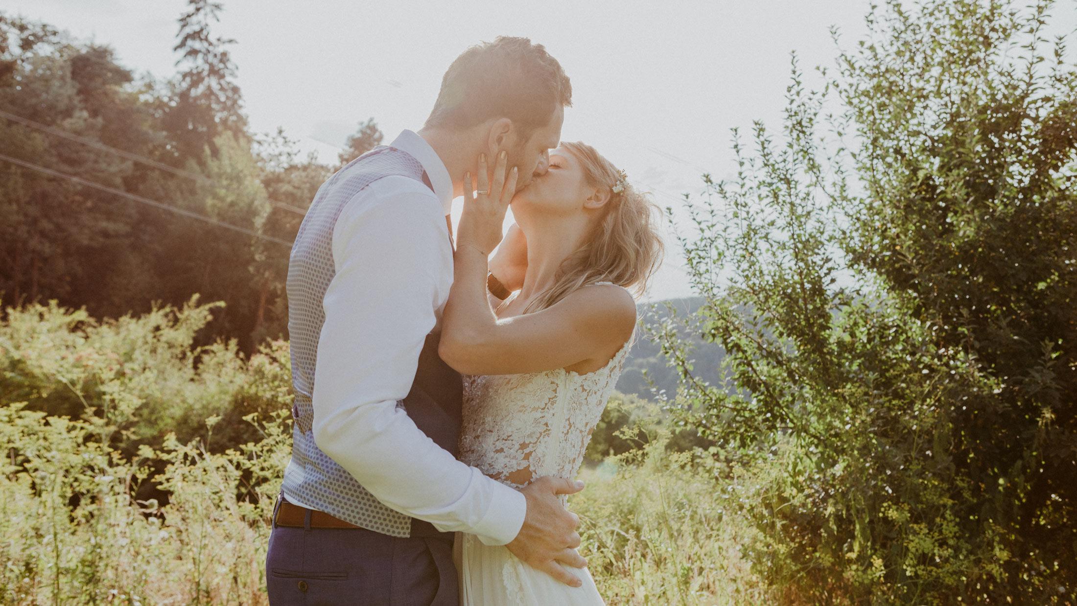 Slide küssendes Brautpaar