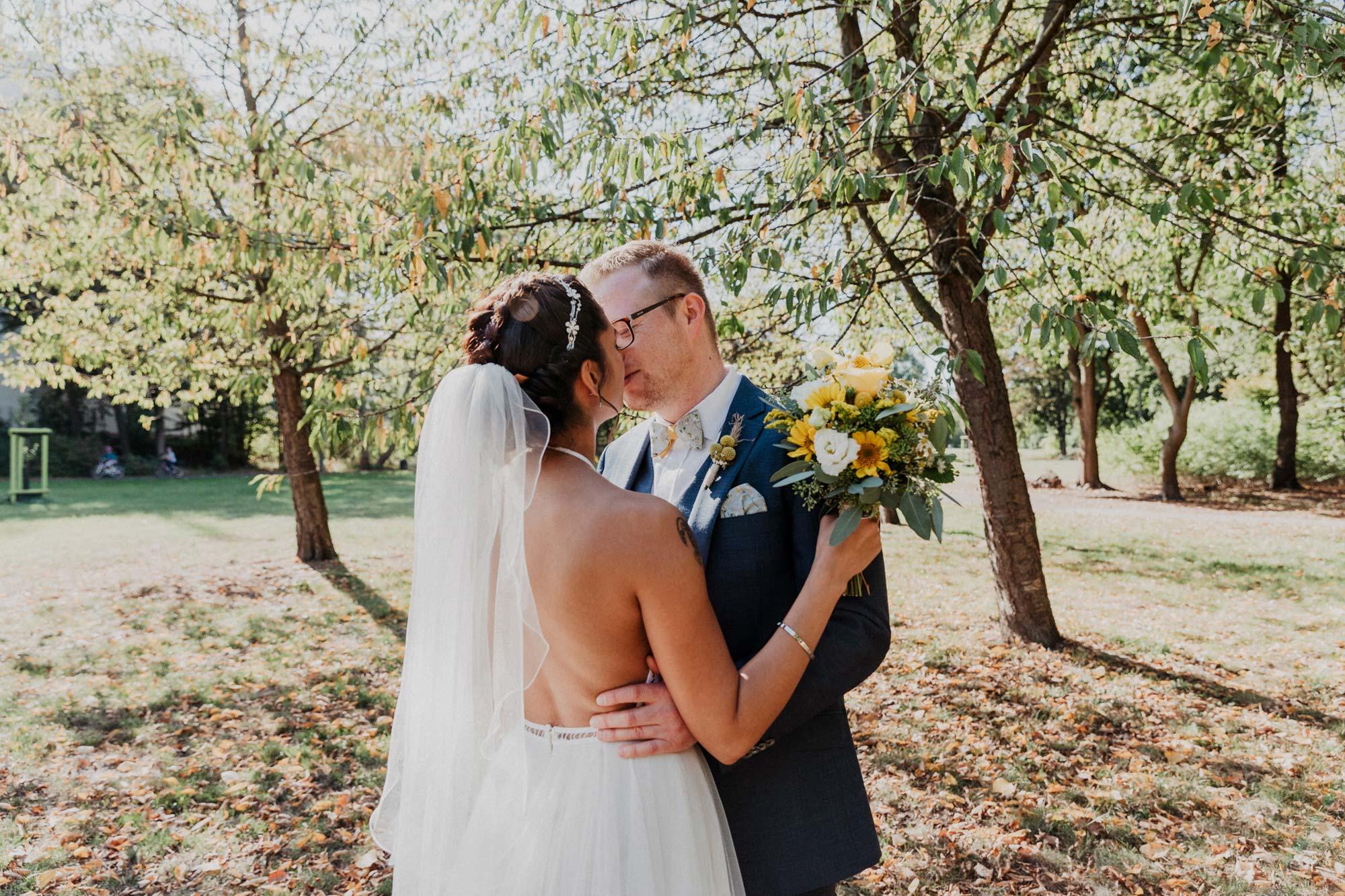 Hochzeitsfoto mit Brautpaar im Sommer