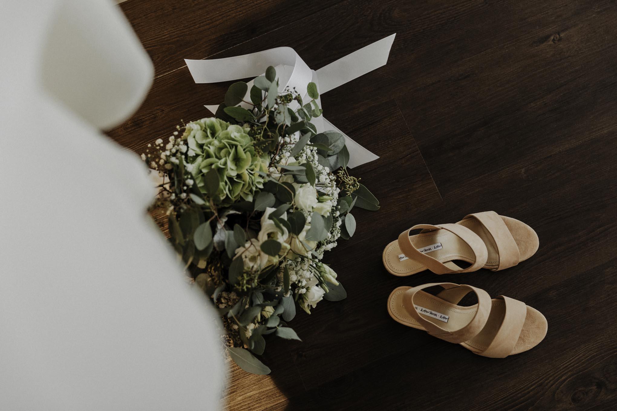 Brautstrauß und Brautschuhe
