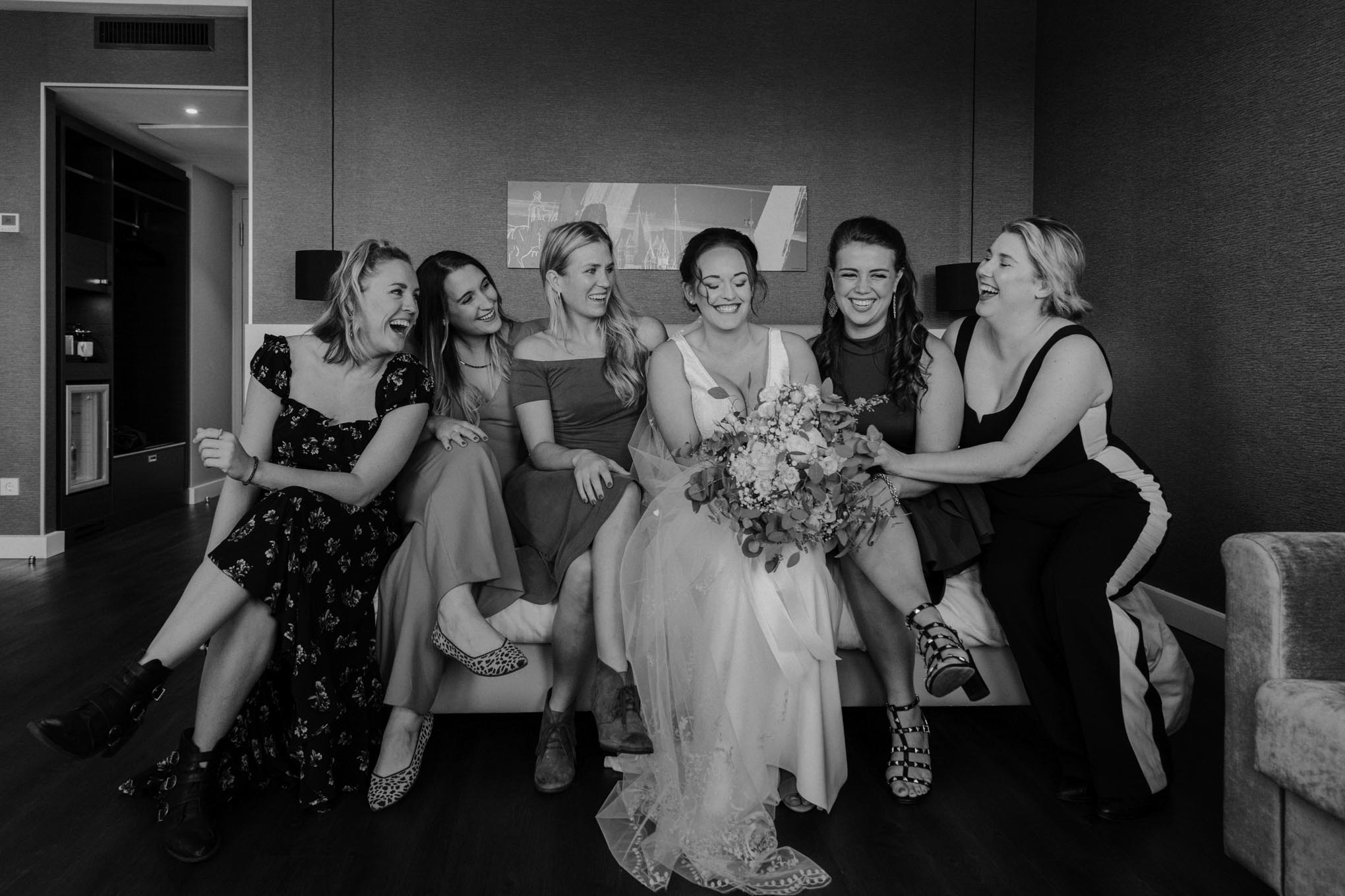 Braut mit Freundinnen vor der Hochzeit