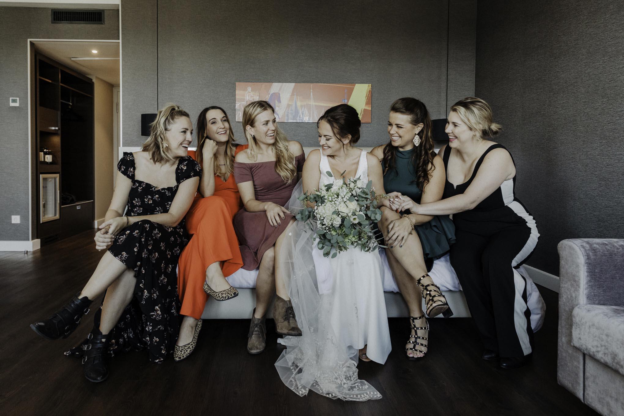 Freundinnen beim getting ready der Braut