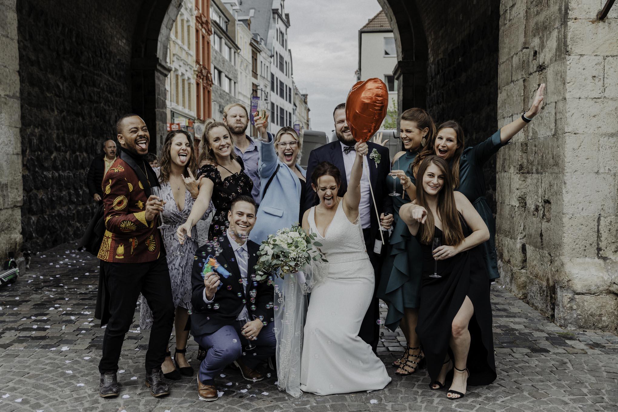 lustiges Gruppenfoto zur Hochzeit