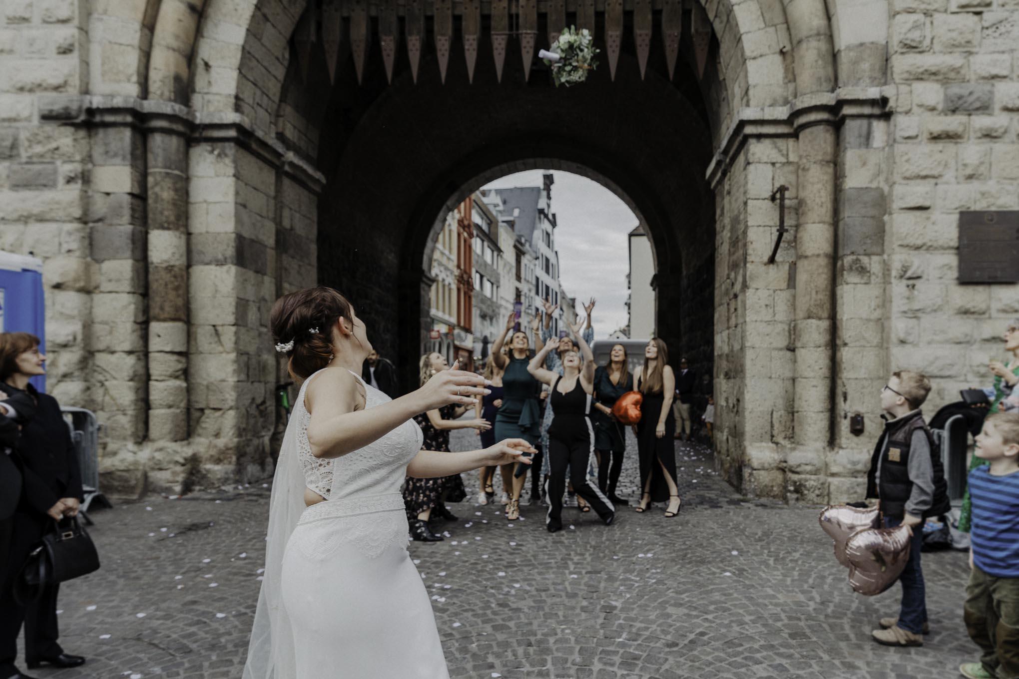 Brautstraußwurf an der Severinstorburg