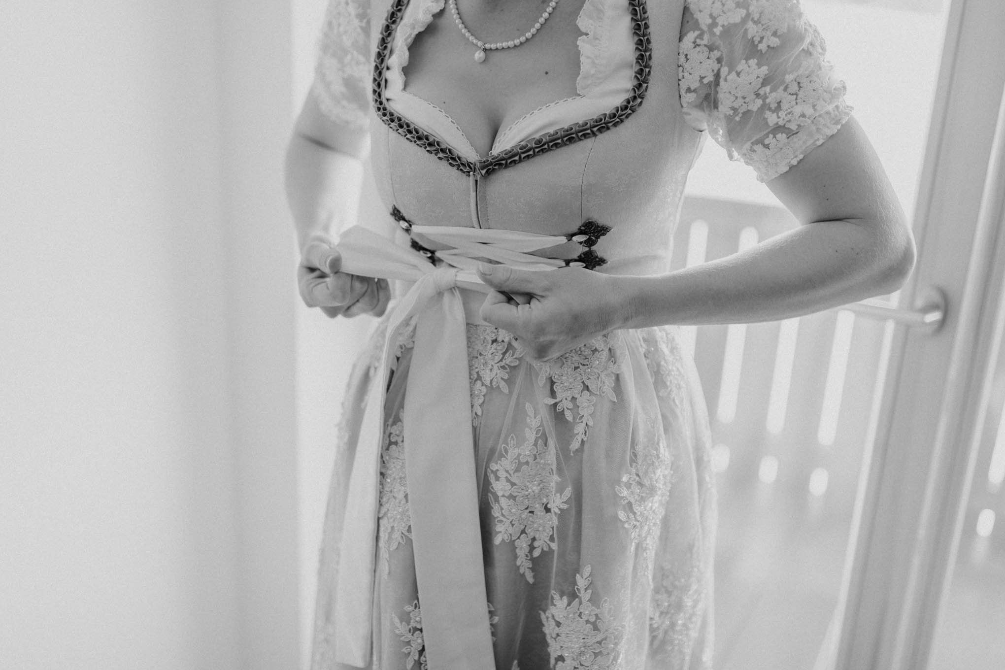 getting ready im Hochzeitsdirndl