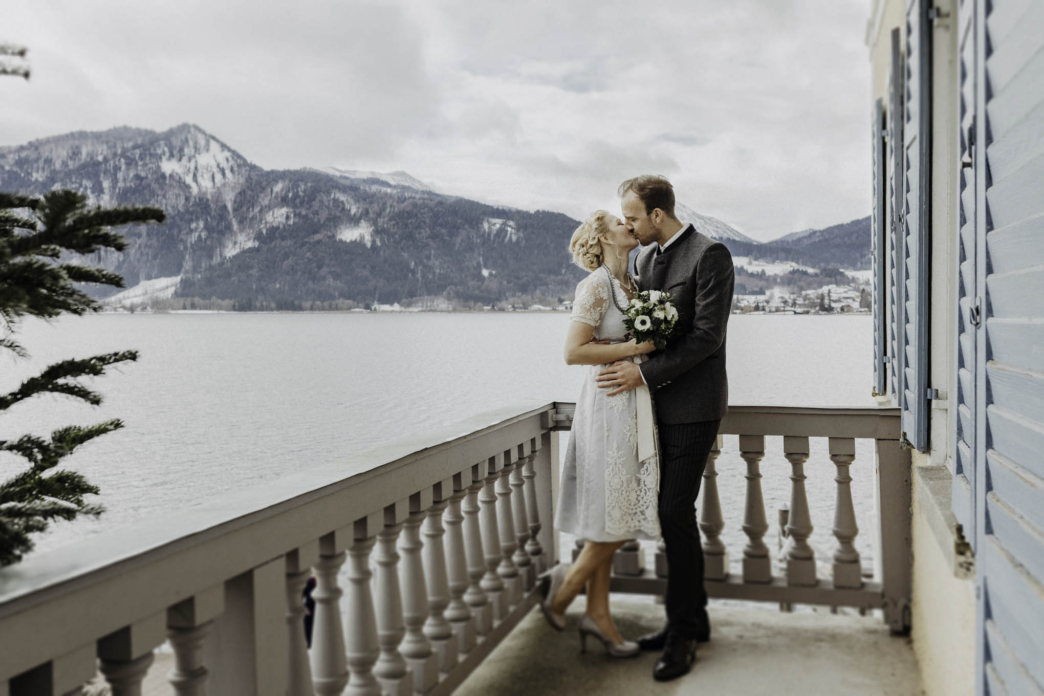 Brautpaar in Tracht vor dem Tegernsee