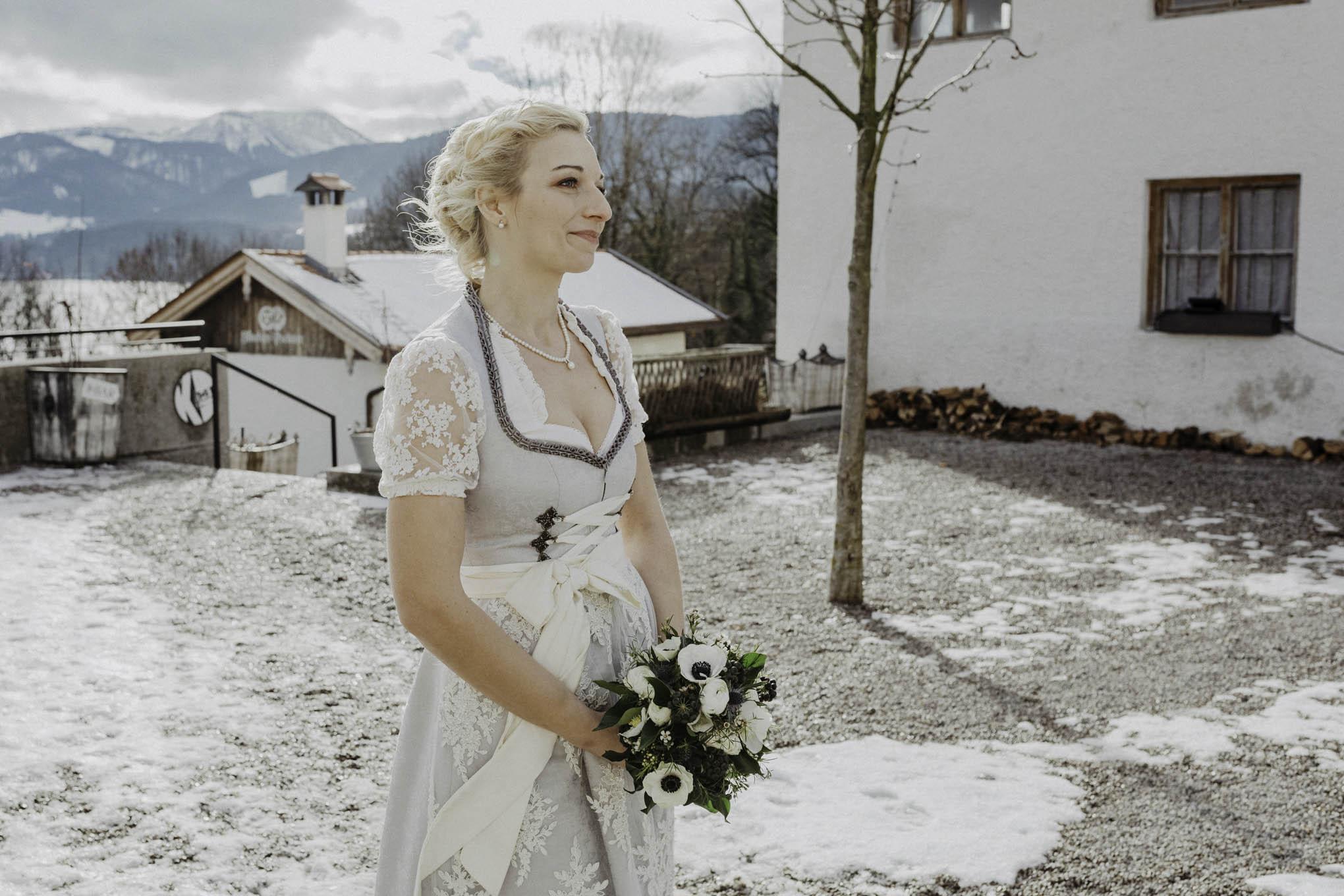 Braut im Hochzeitsdirndl