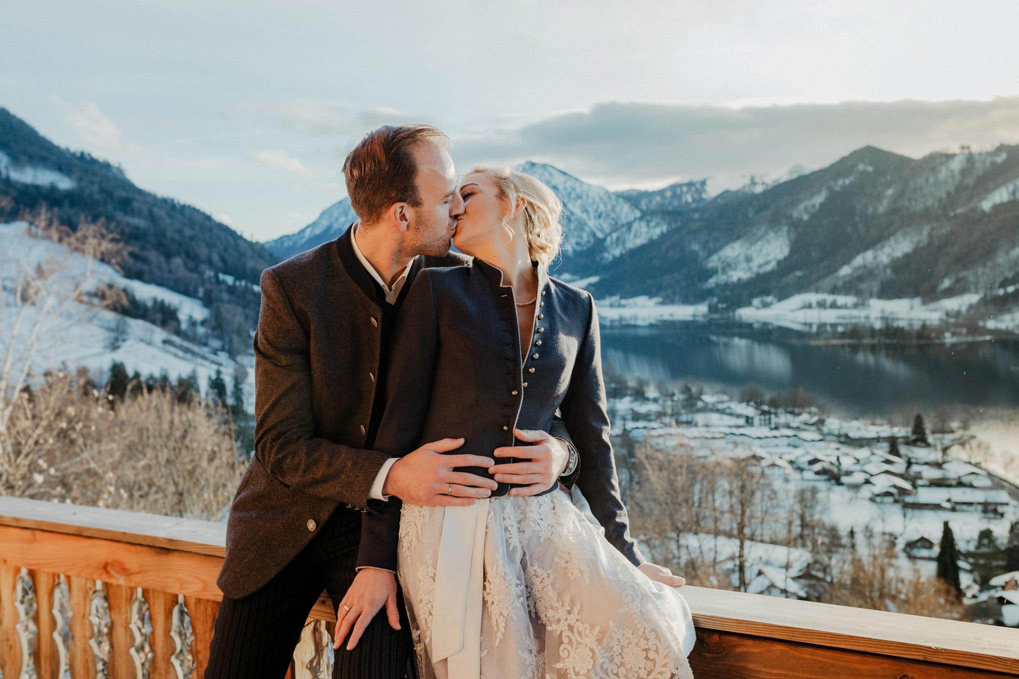 küssendes Brautpaar mit Ausblick auf den Tegernsee