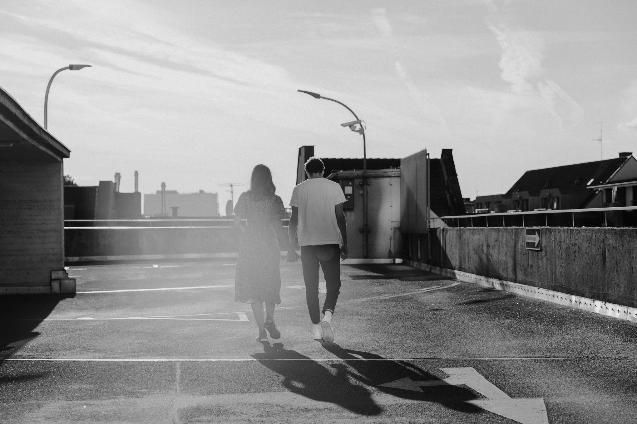 Schwarz Weiß Foto mit Paar auf einem Dach in Köln