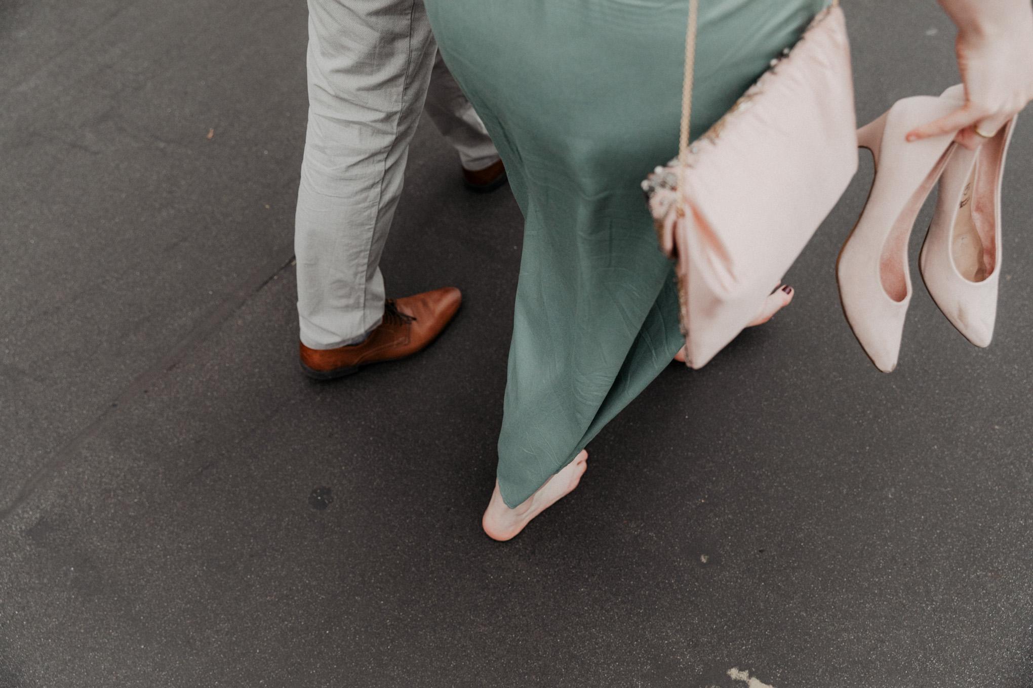 Braut zieht die Schuhe aus