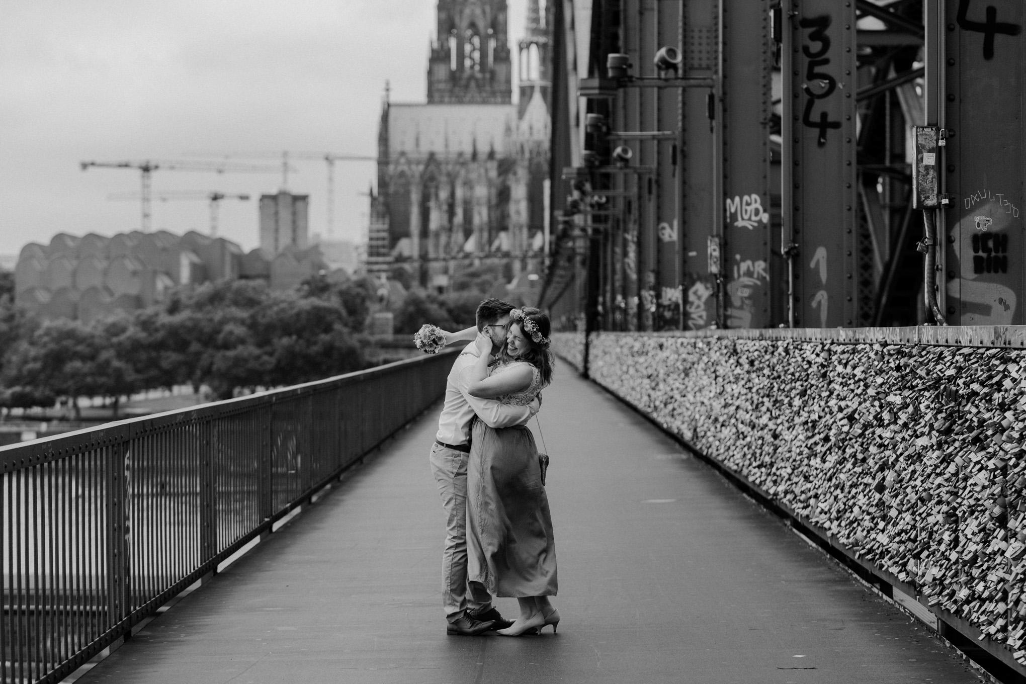 Brautpaar auf der Hohenzollernbrücke in Köln