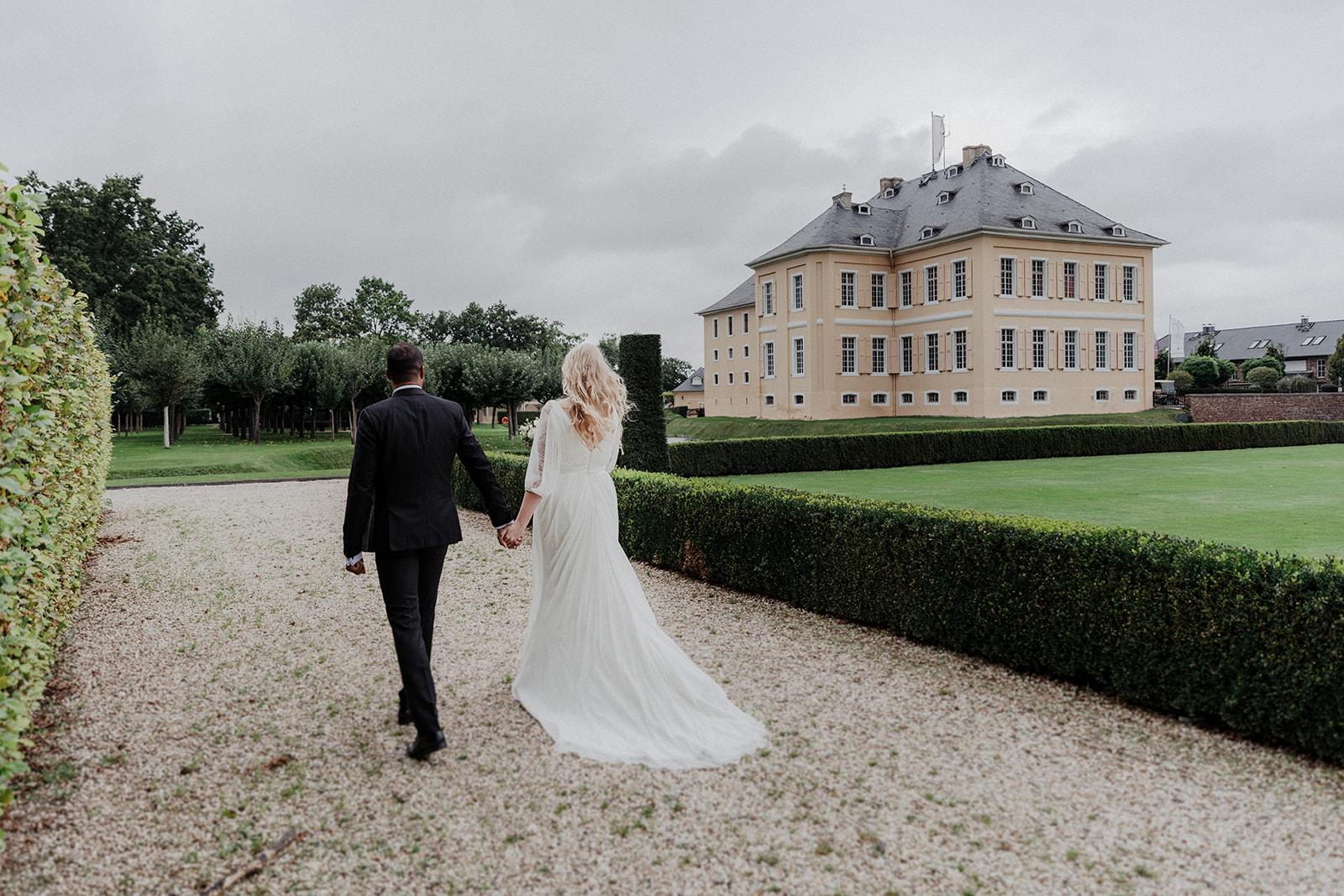 Braut und Bräutigam vor Schloss Miel