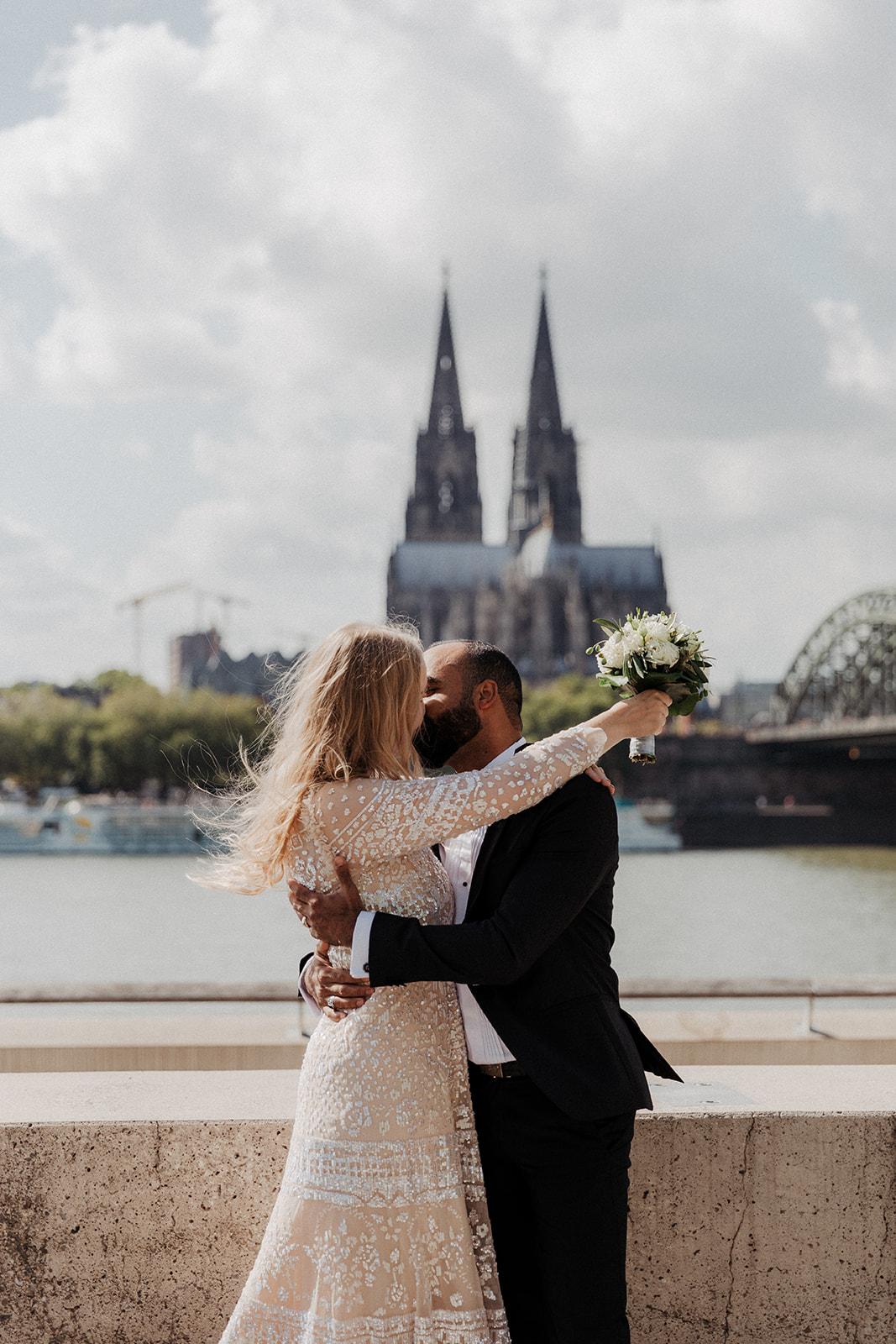 Küssendes Brautpaar vor Kölner Dom