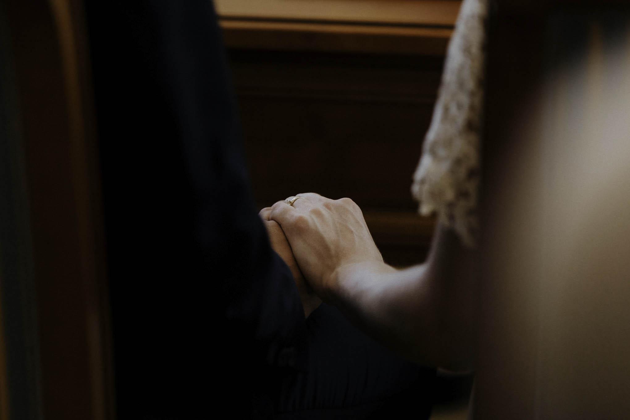 Close up von Händen während der Trauung