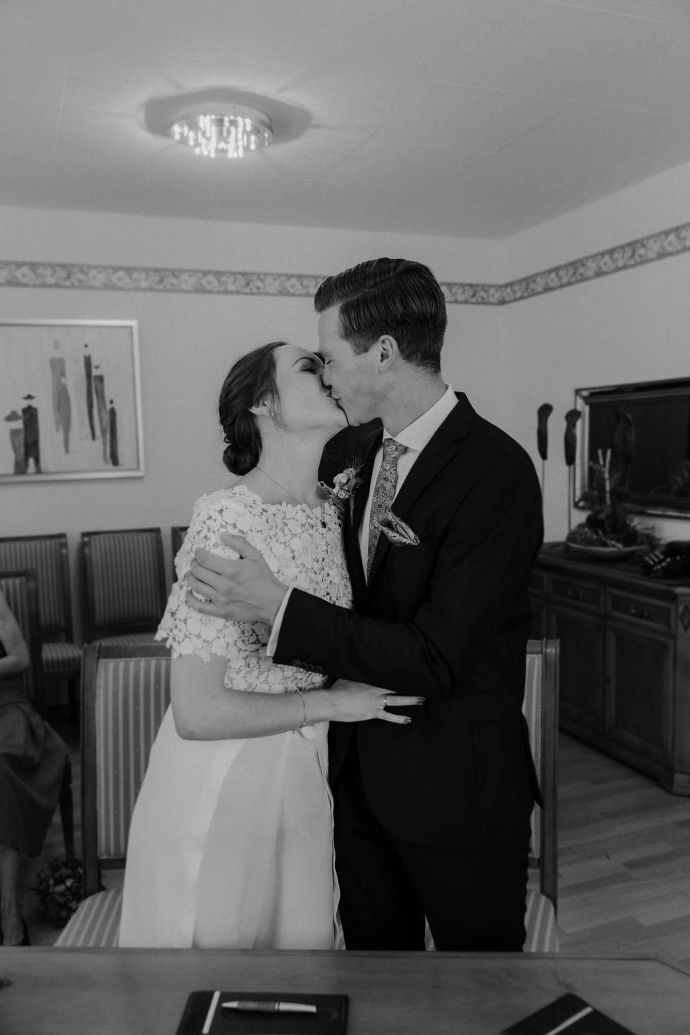 Kuss nach der Trauung im Standesamt Rommerskirchen