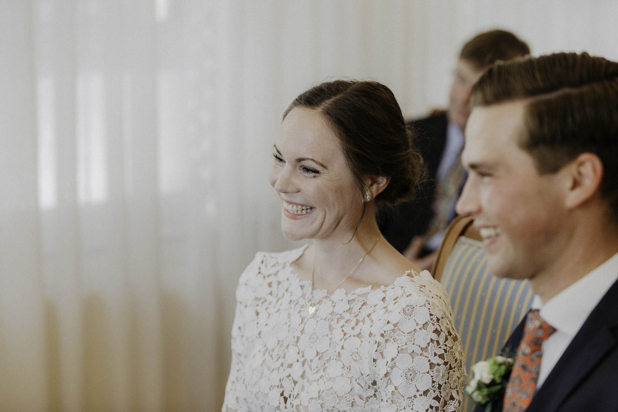 Momentaufnehme von lachender Braut