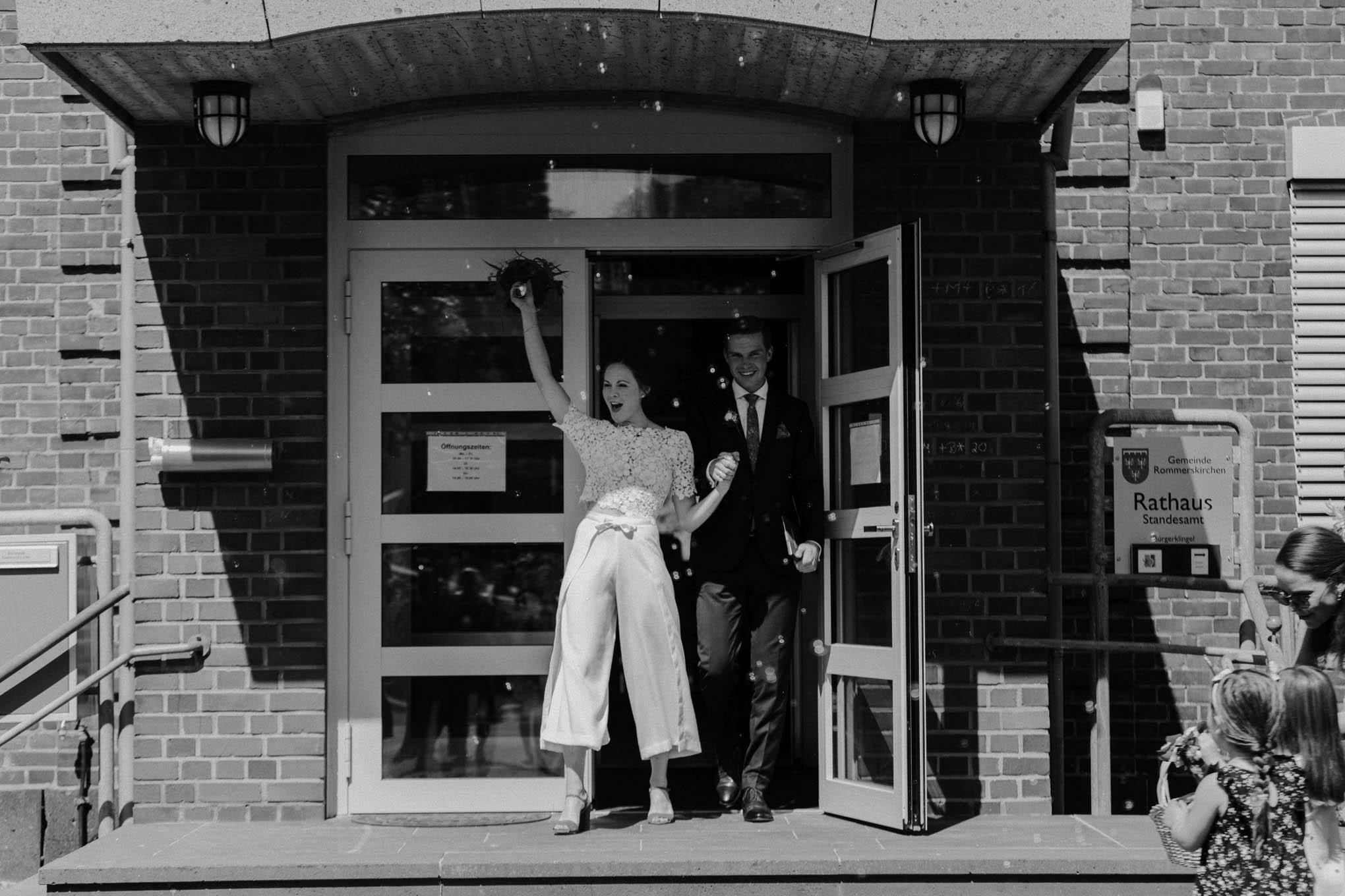 Brautpaar nach der Trauung im Standesamt Rommerskirchen
