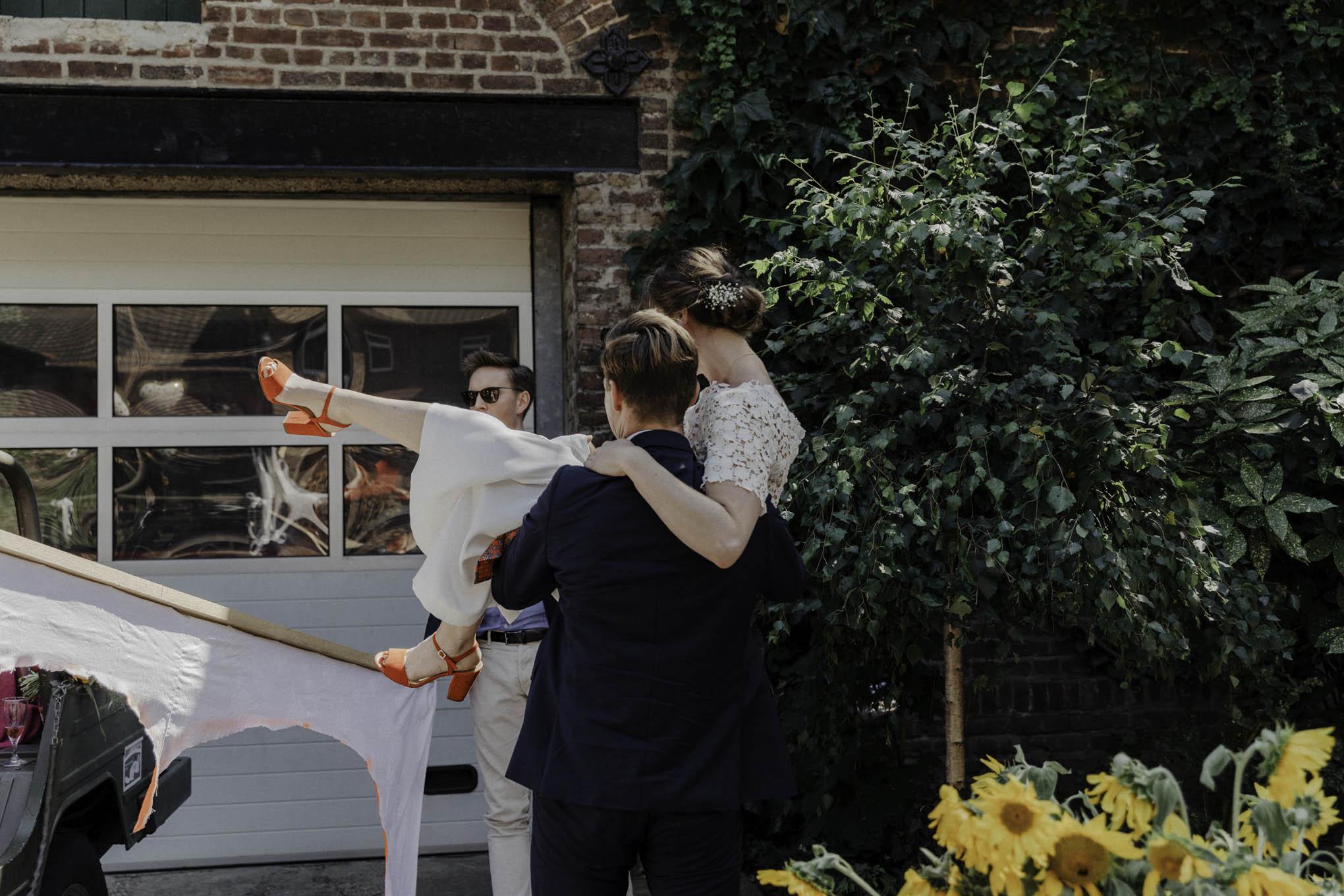 Bräutigam trägt Braut auf Händen