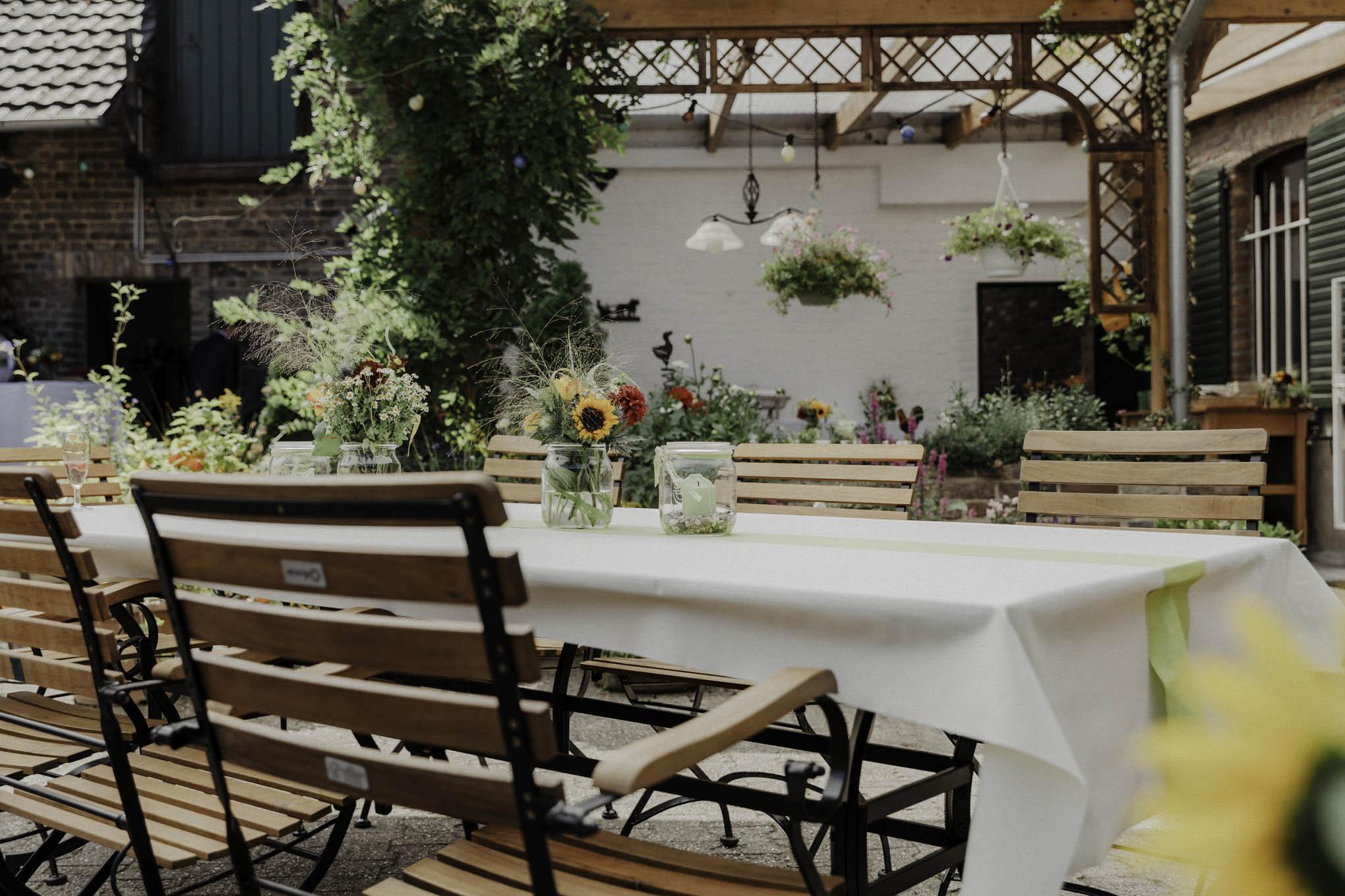 sommerliche Tischdekoration auf dem eigenen Hof