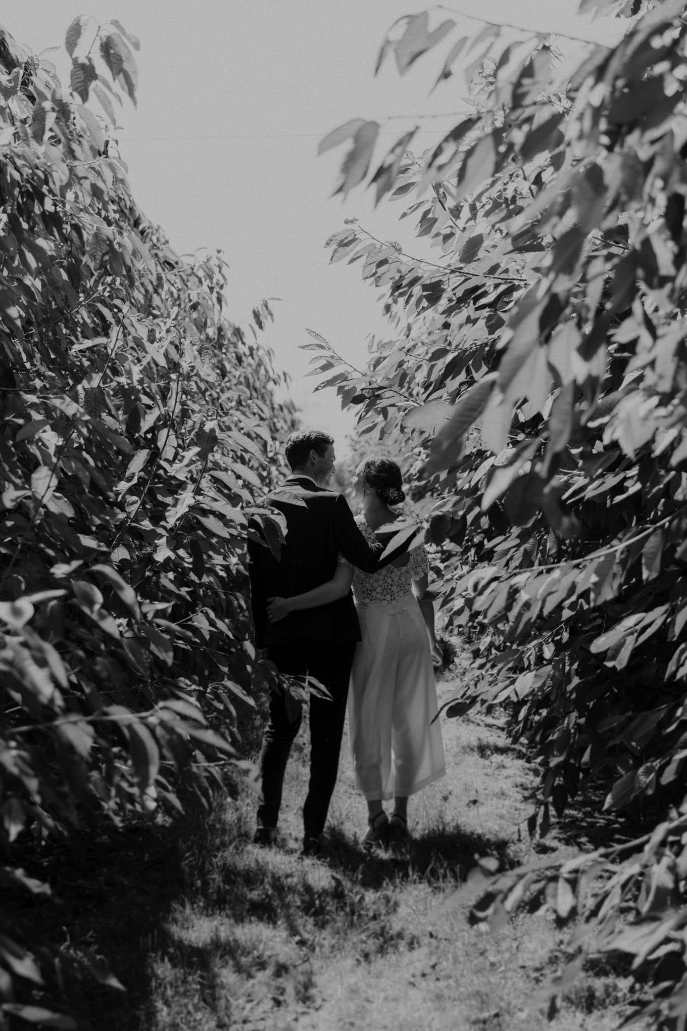 Brautpaar zwischen Bäumen
