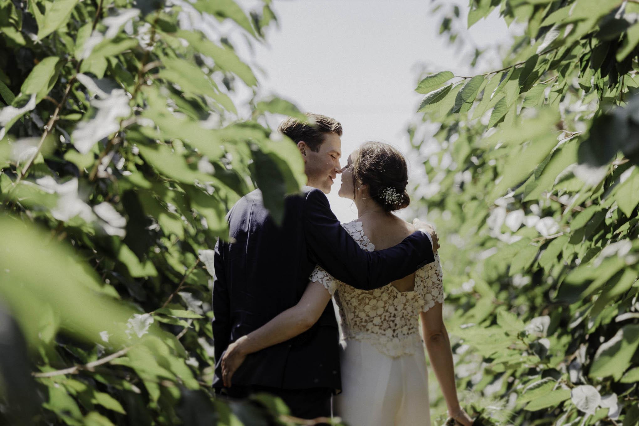 Brautpaarfoto zwischen Blättern