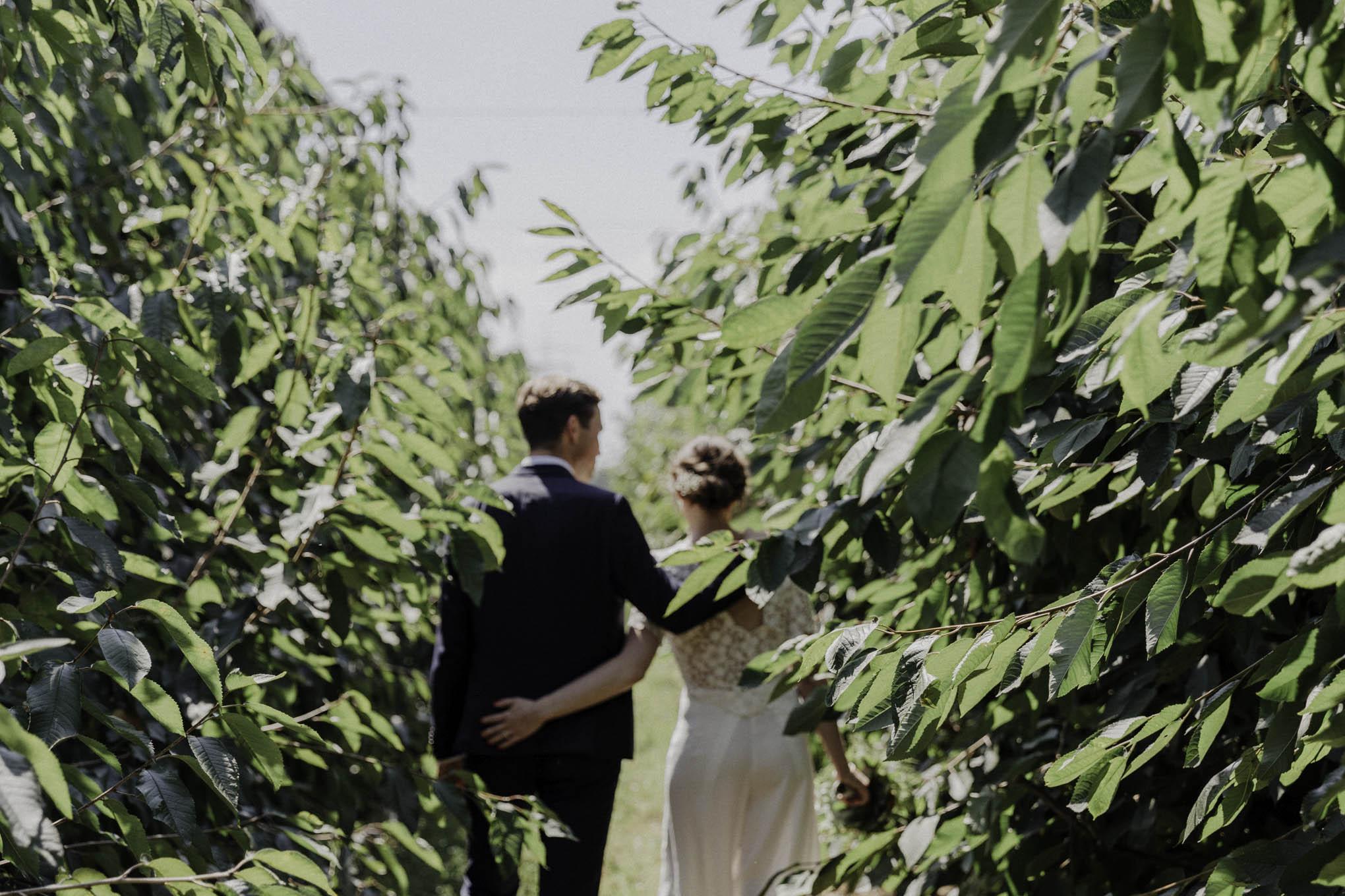 lässiges Brautpaarfoto zwischen Sträuchern