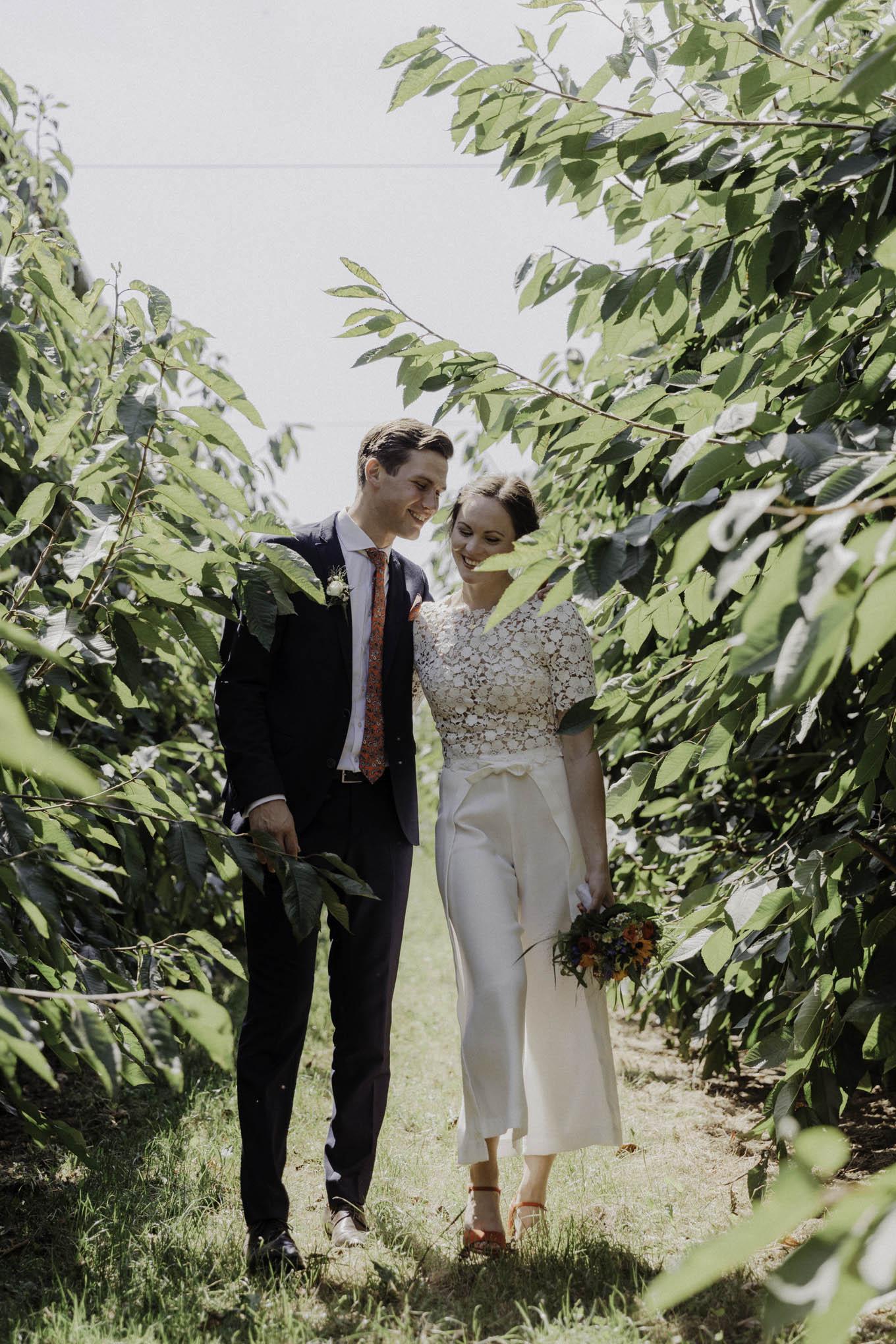 modernes ungestelltes Hochzeitsfoto