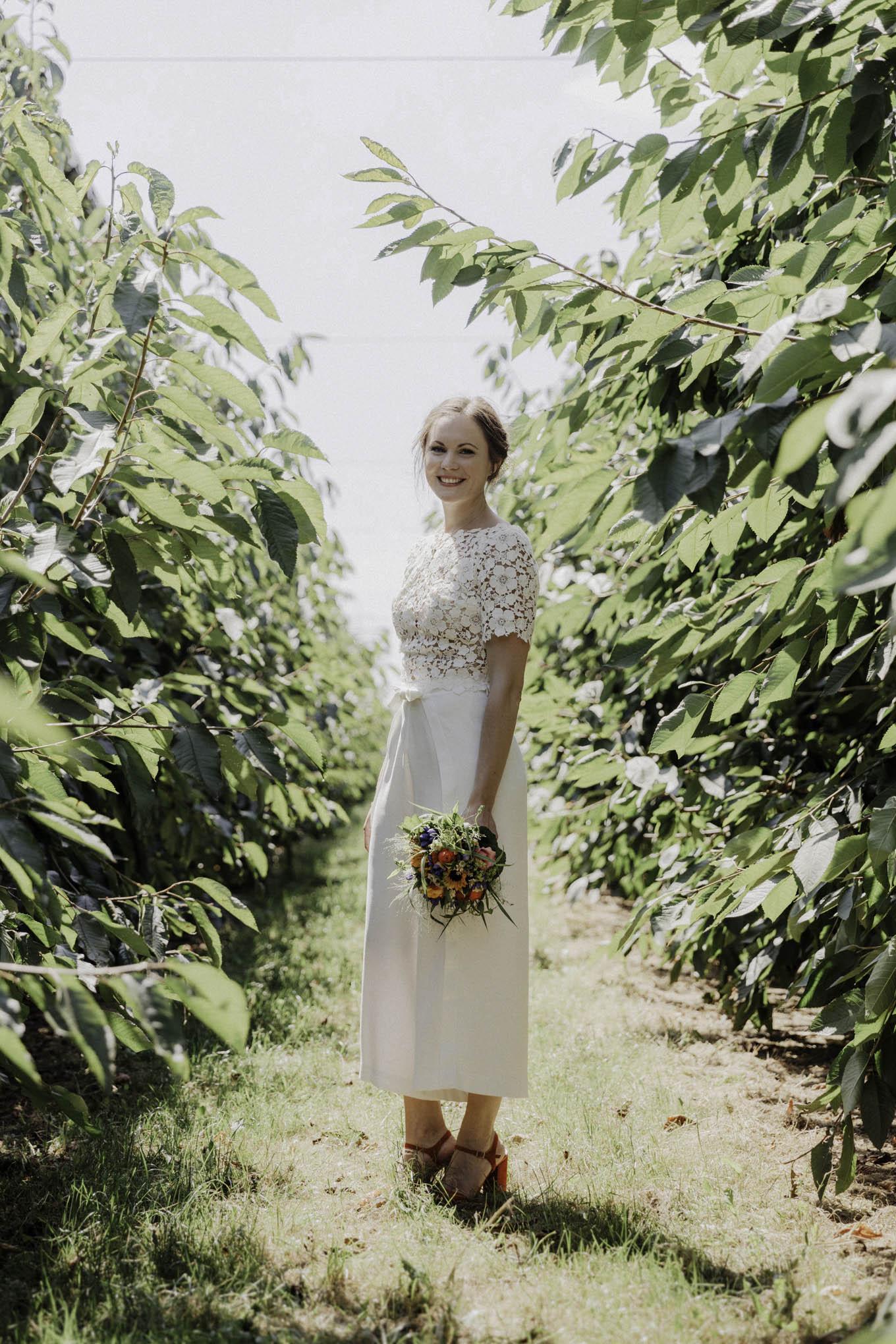 Moderne Braut im Braut-Hosenanzug