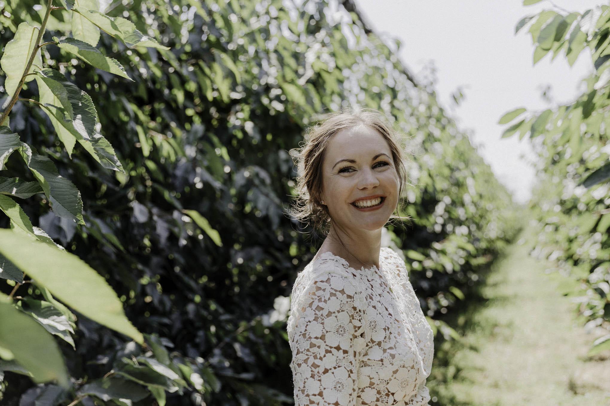 lachende Braut am Hochzeitstag