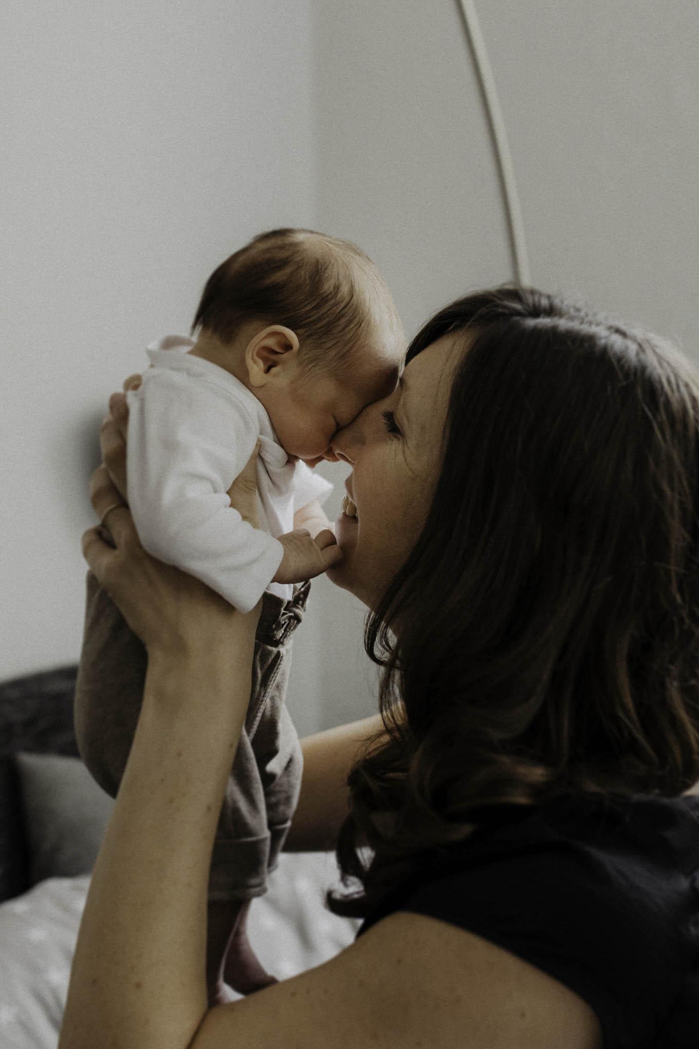 Baby mit Mutter beim Newbornshooting