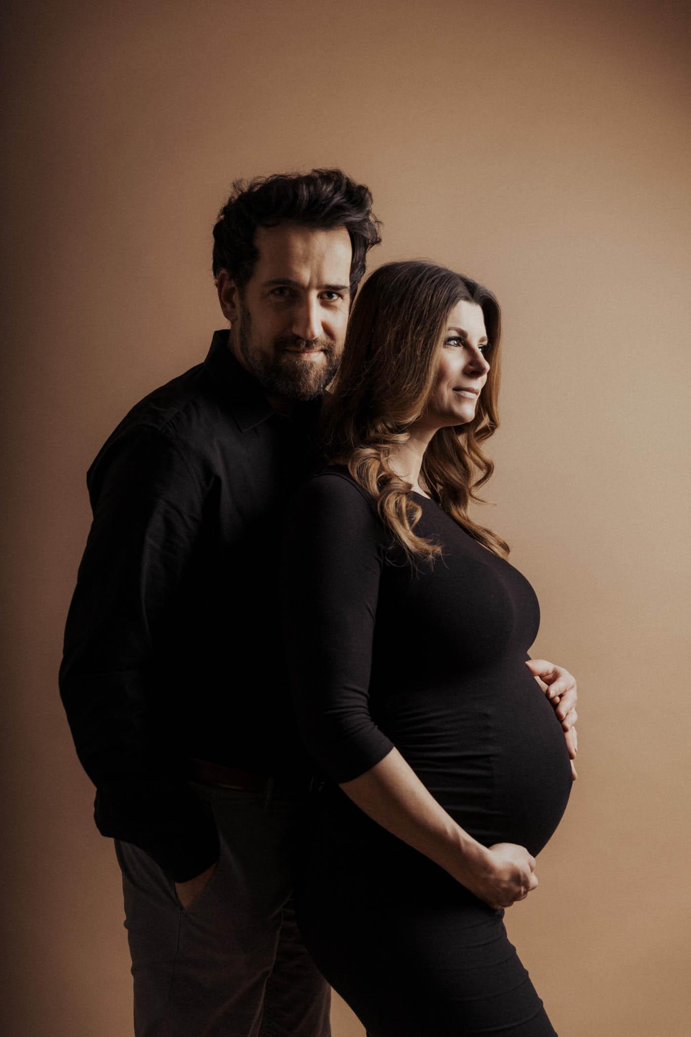 Schwangerschaftsfoto mit Partner im Studio
