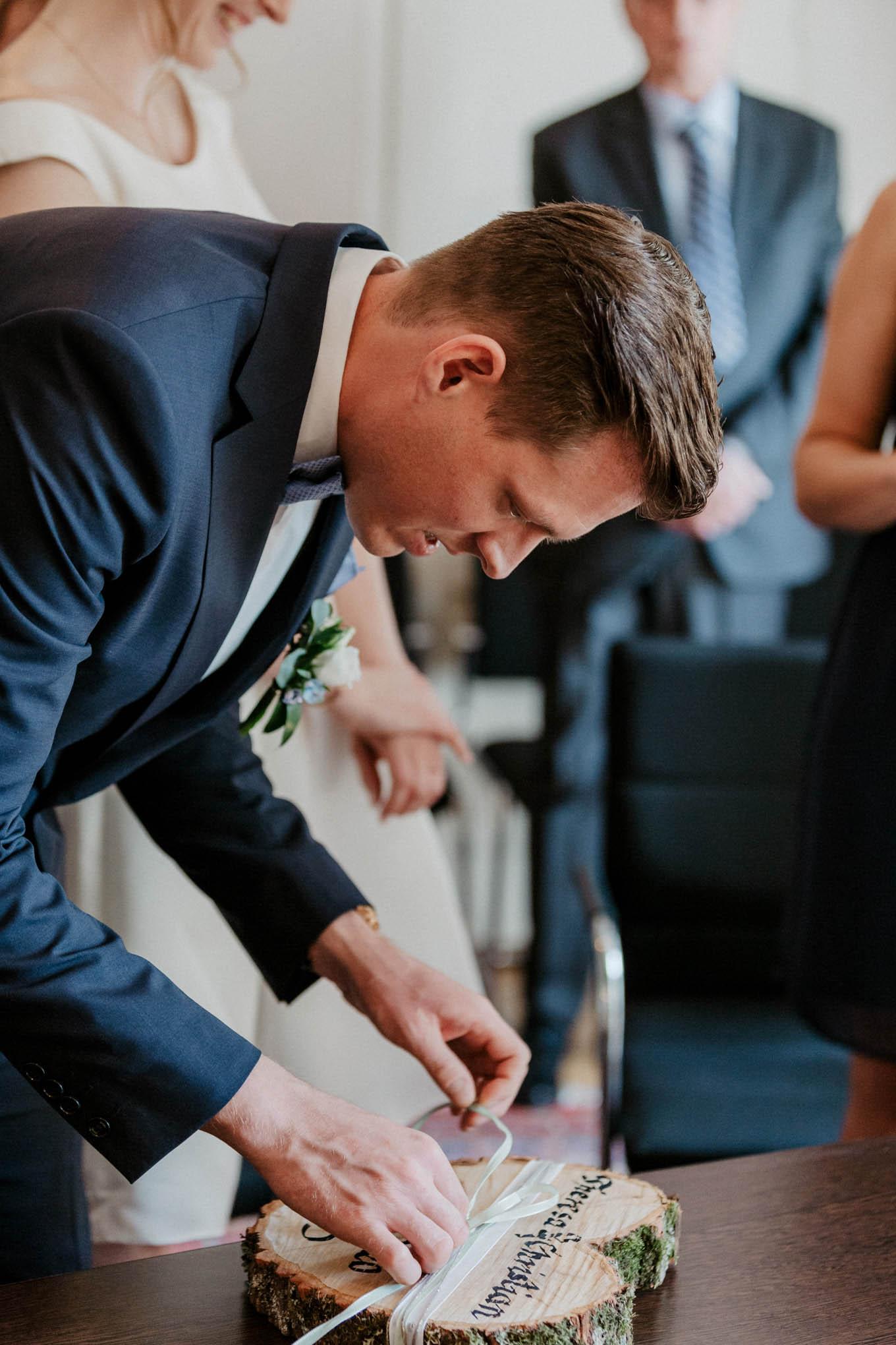 Bräutigam mit Trauringen
