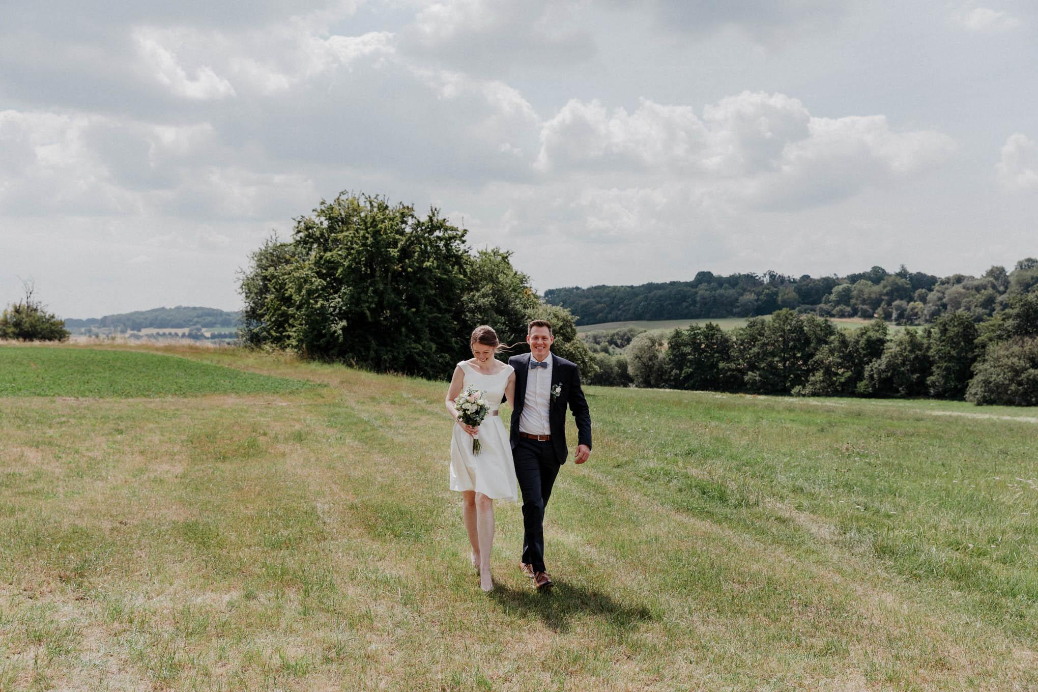 Hochzeitsfoto mit Brautpaar im Westerwald