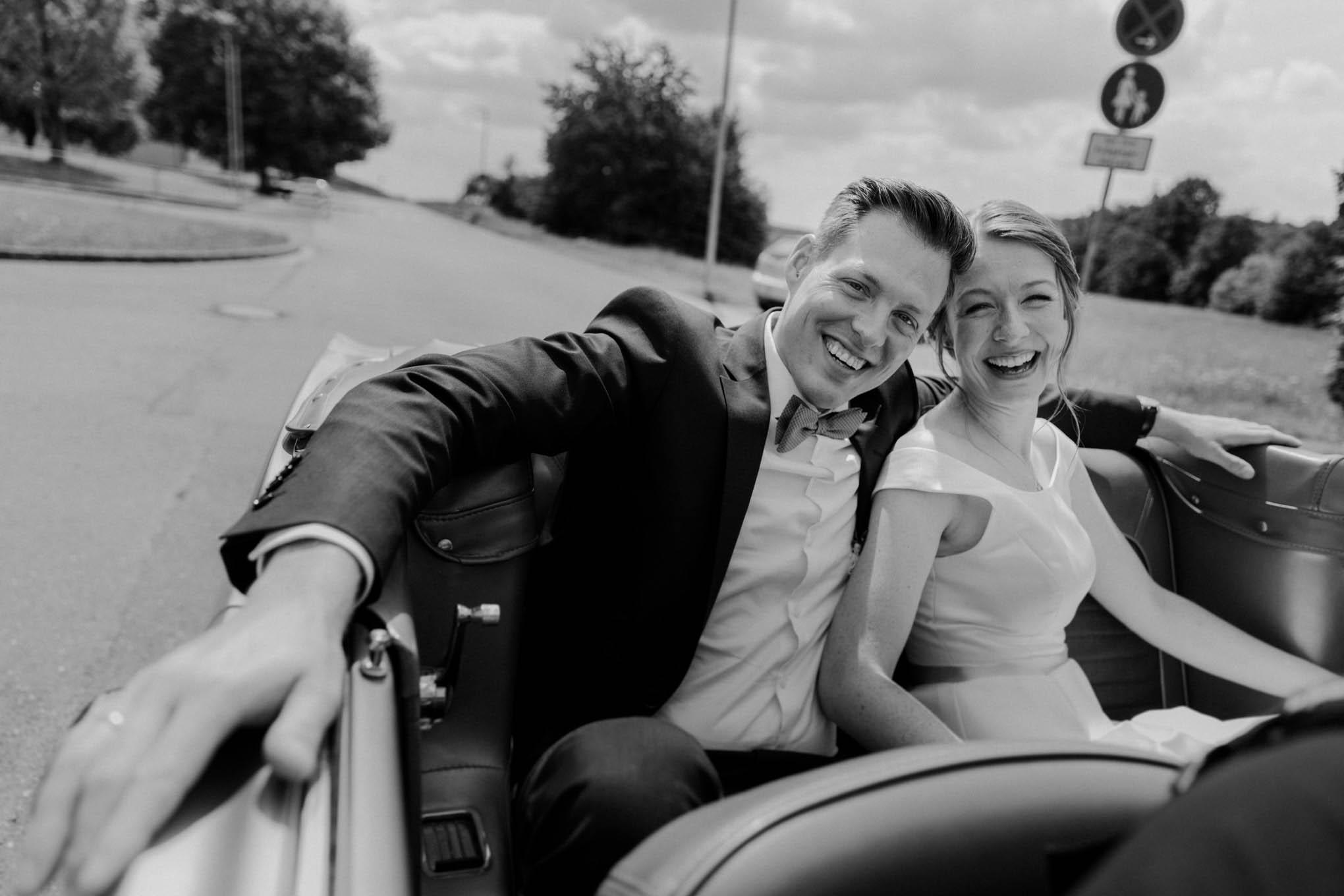 Brautpaar im Ford Mustang