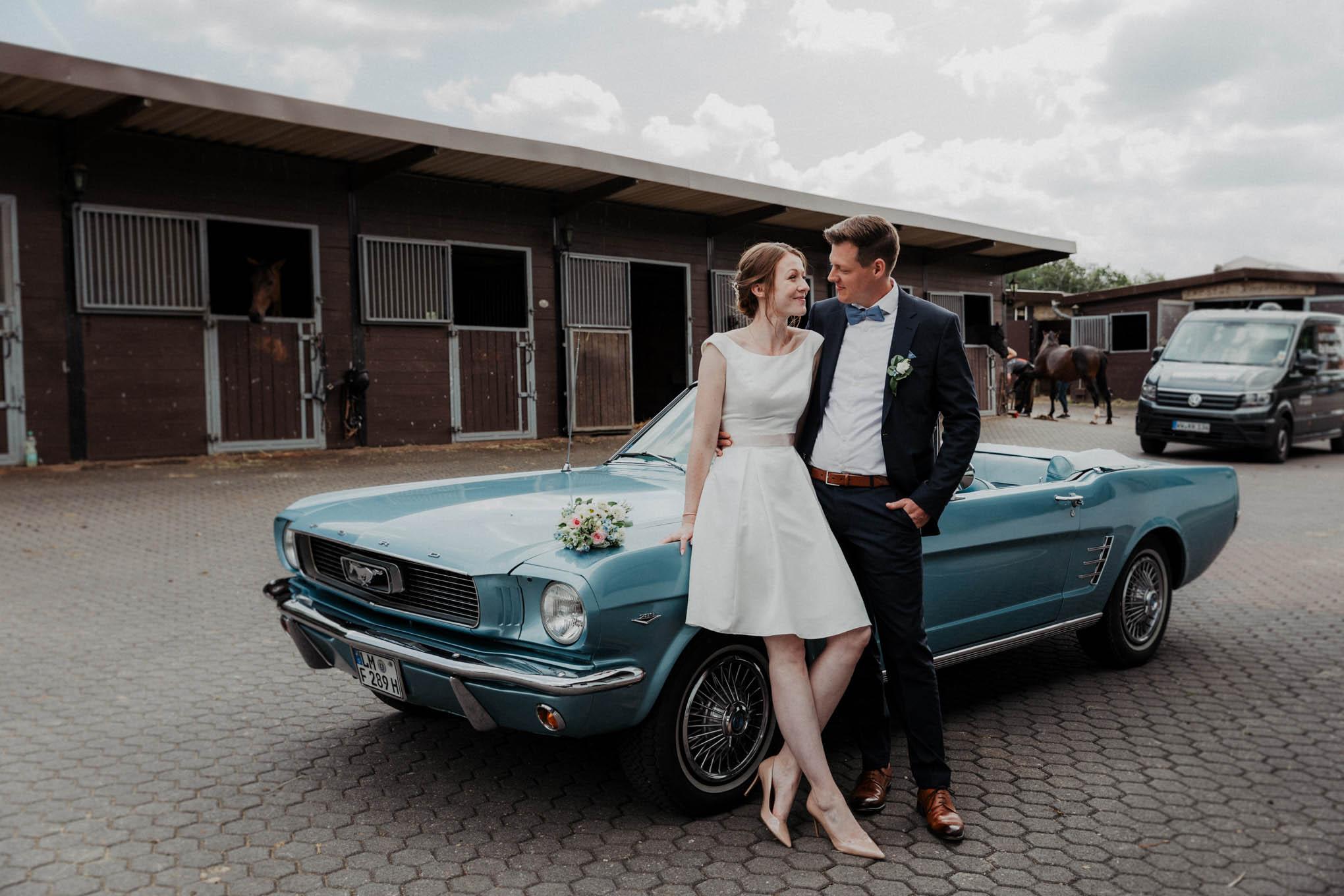 Brautpaarfoto mit Hochzeitsauto