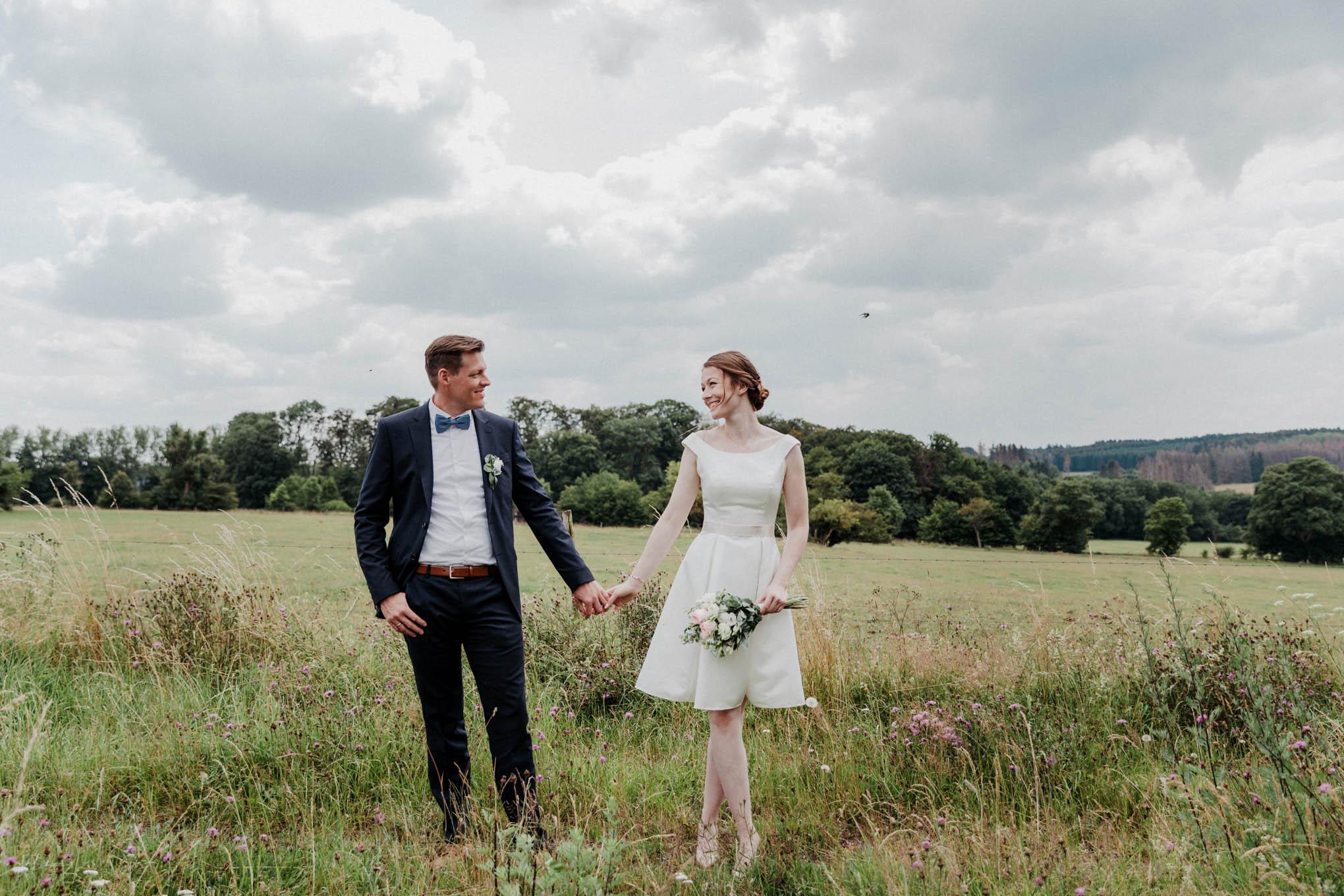 Brautpaar auf einem Feld im Westerwald