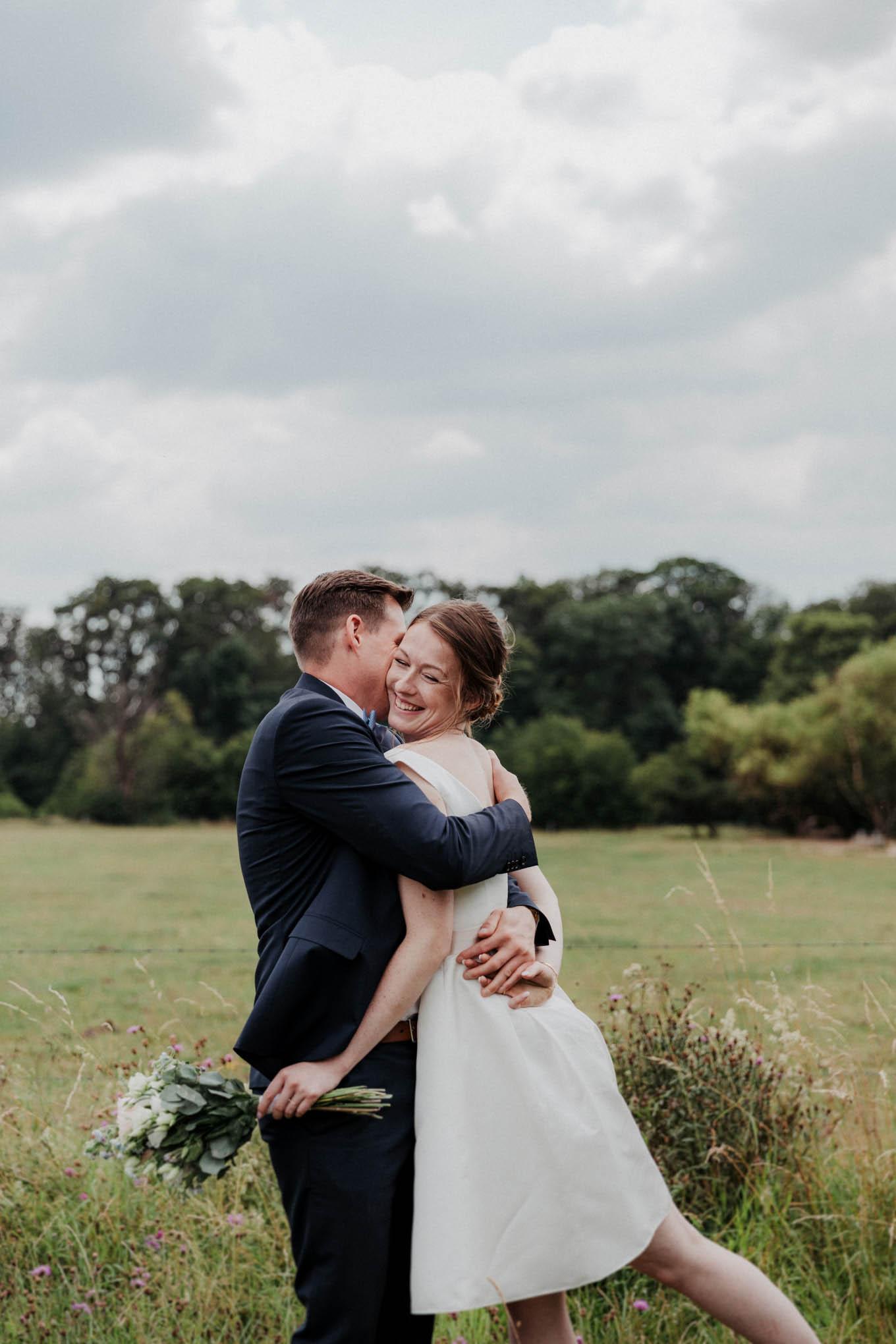 Hochzeitsfotos auf dem Feld im Westerwald
