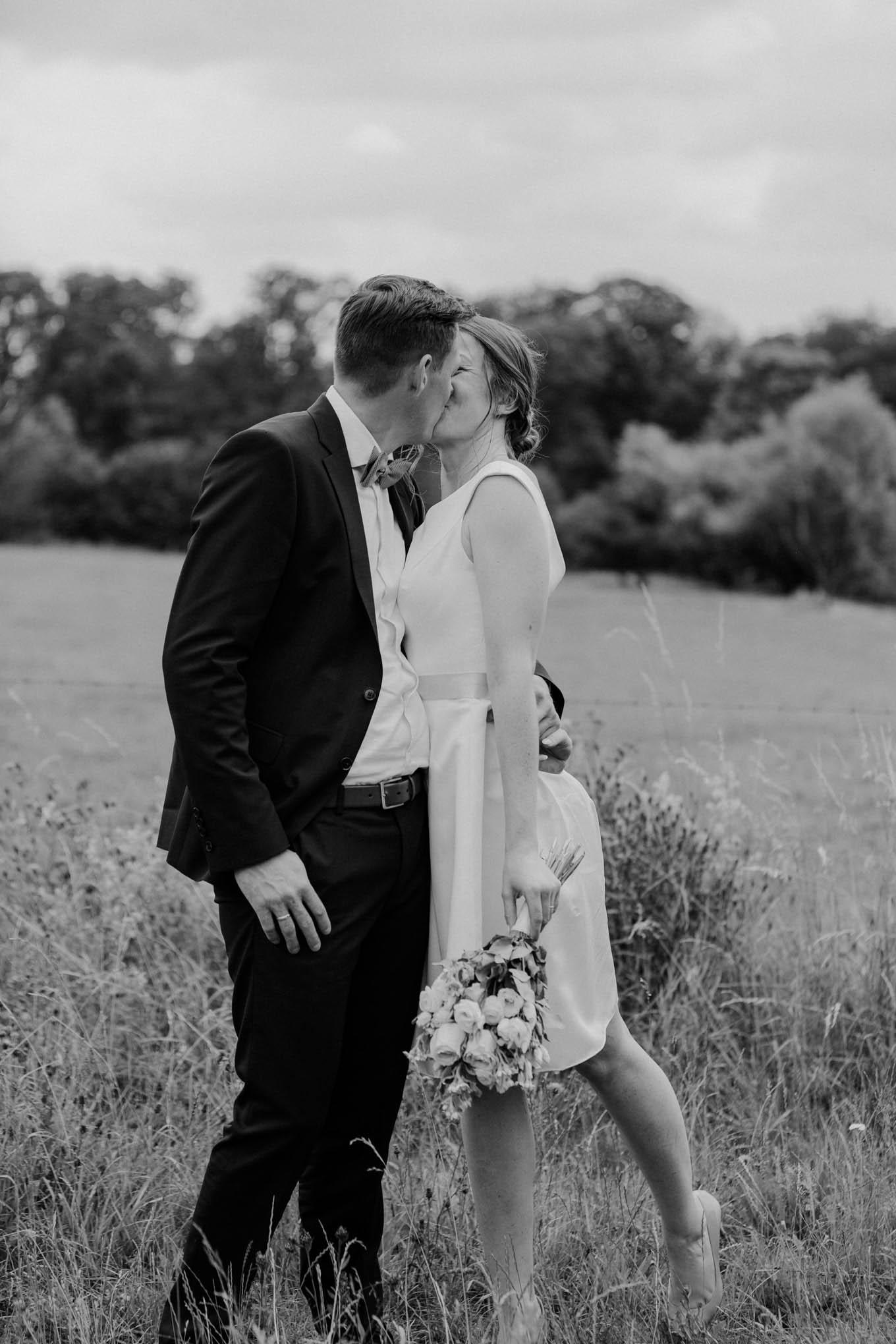 Küssendes Brautpaar im Vintage Look
