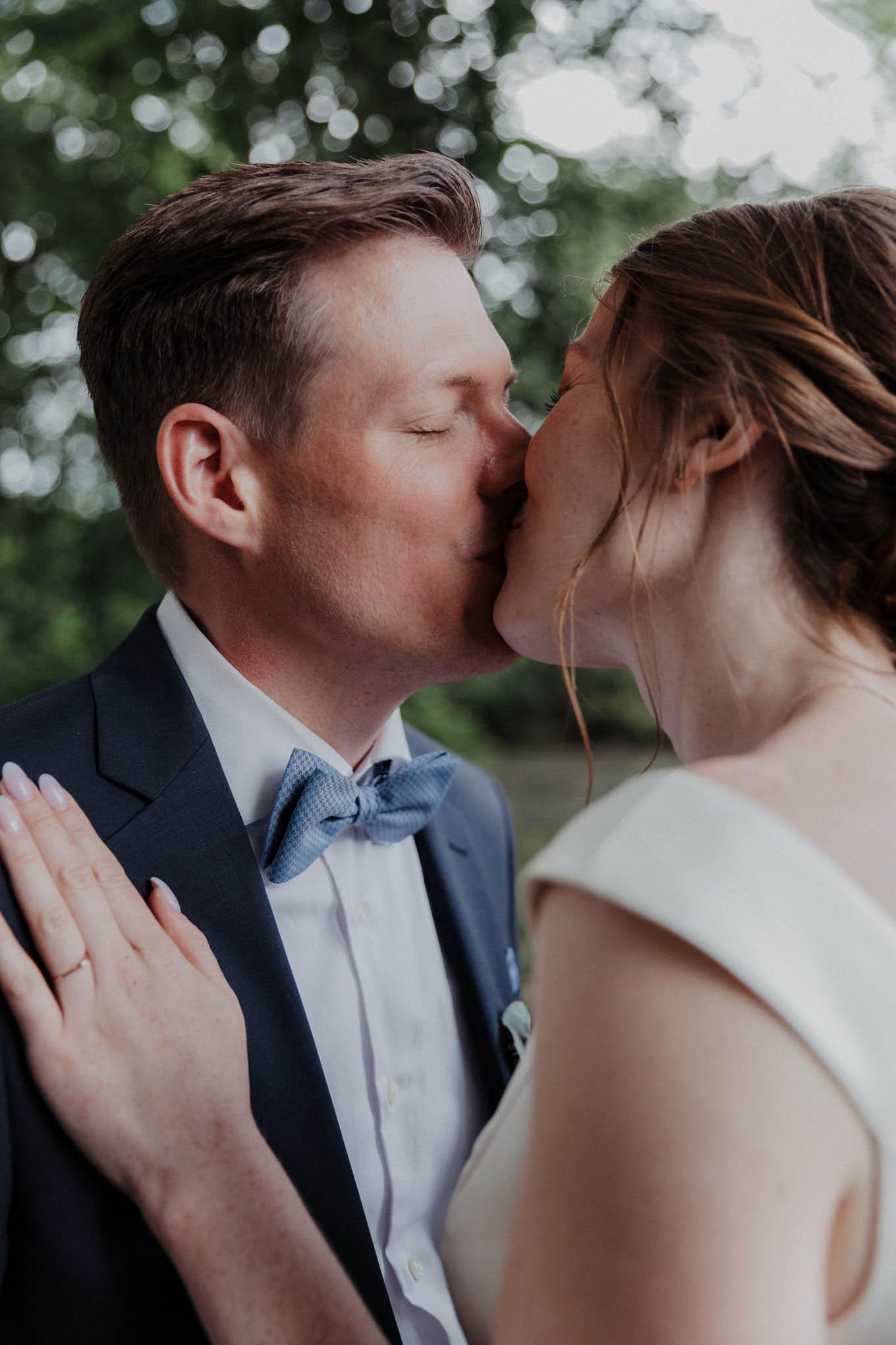 Küssendes Brautpaar im Westerwald