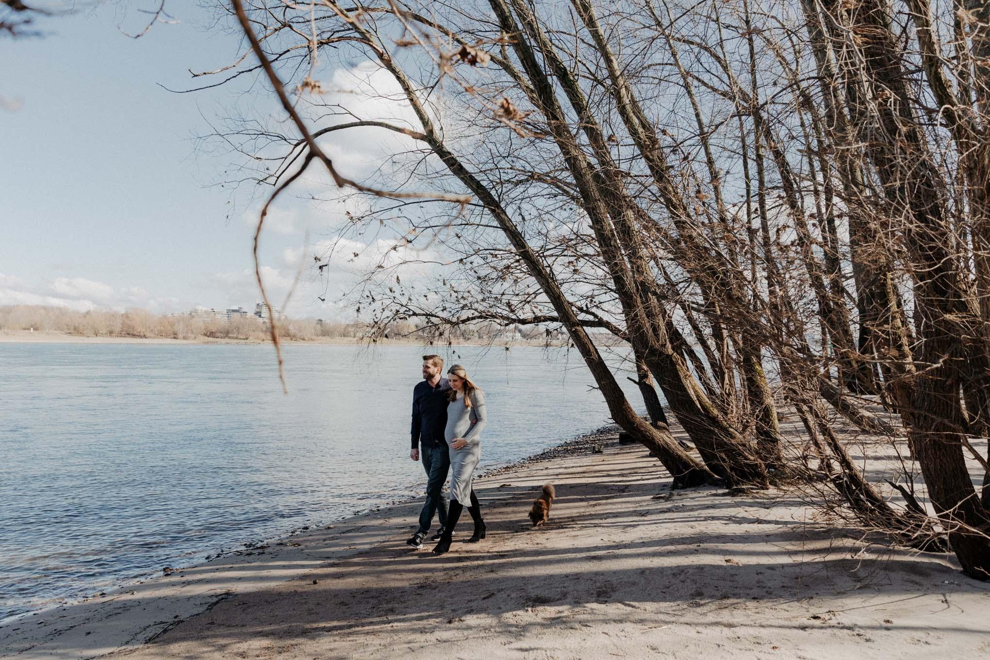 Paarfotos am Rheinufer in Koeln Suerth