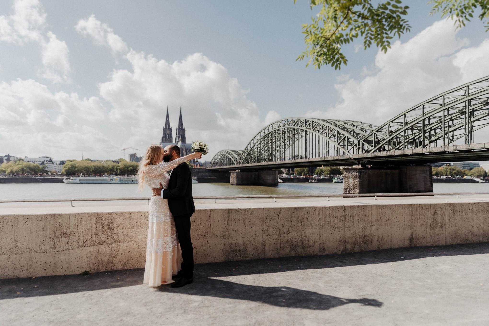 Hochzeitsfoto mit Brautpaar vo dem Kölner Dom