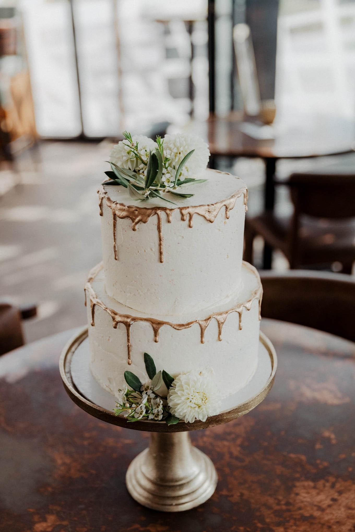 naked cake Hochzeitstorte mit Goldrand