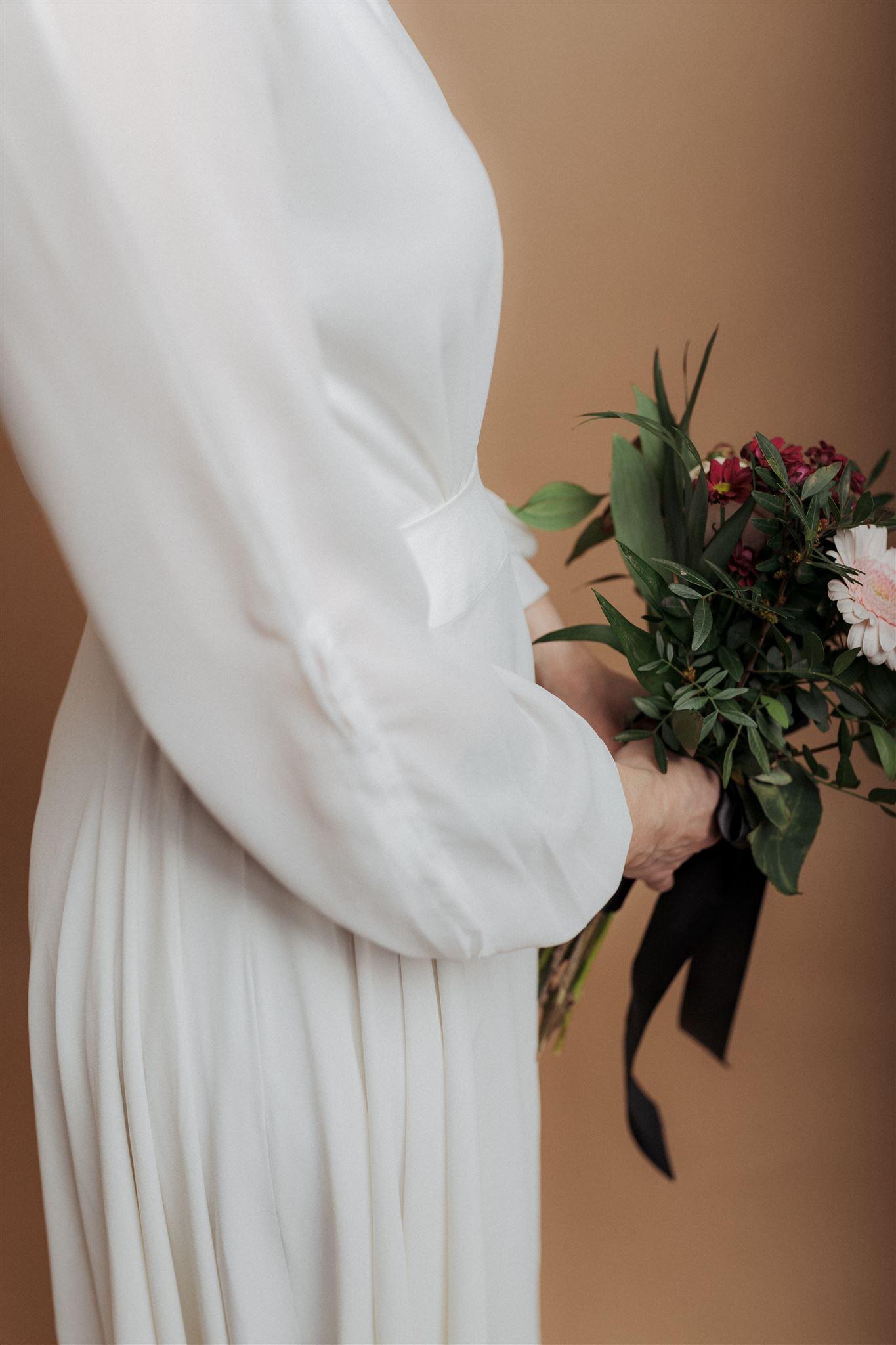 Braut mit Brautstrauß im Fotostudio