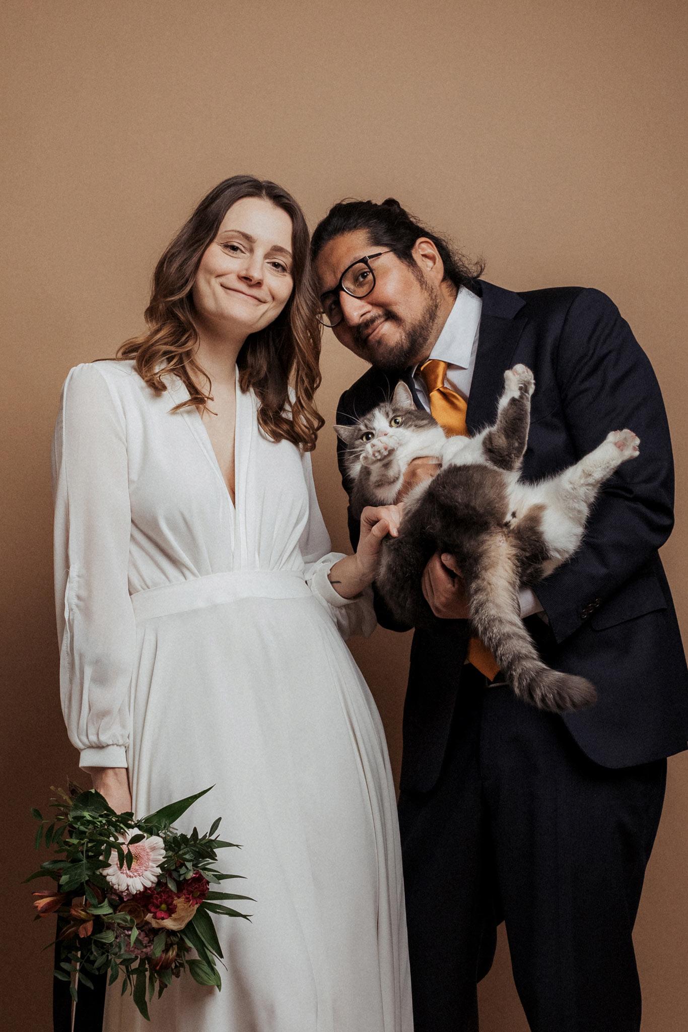 Brautpaar mit Haustier im Studio fotografiert