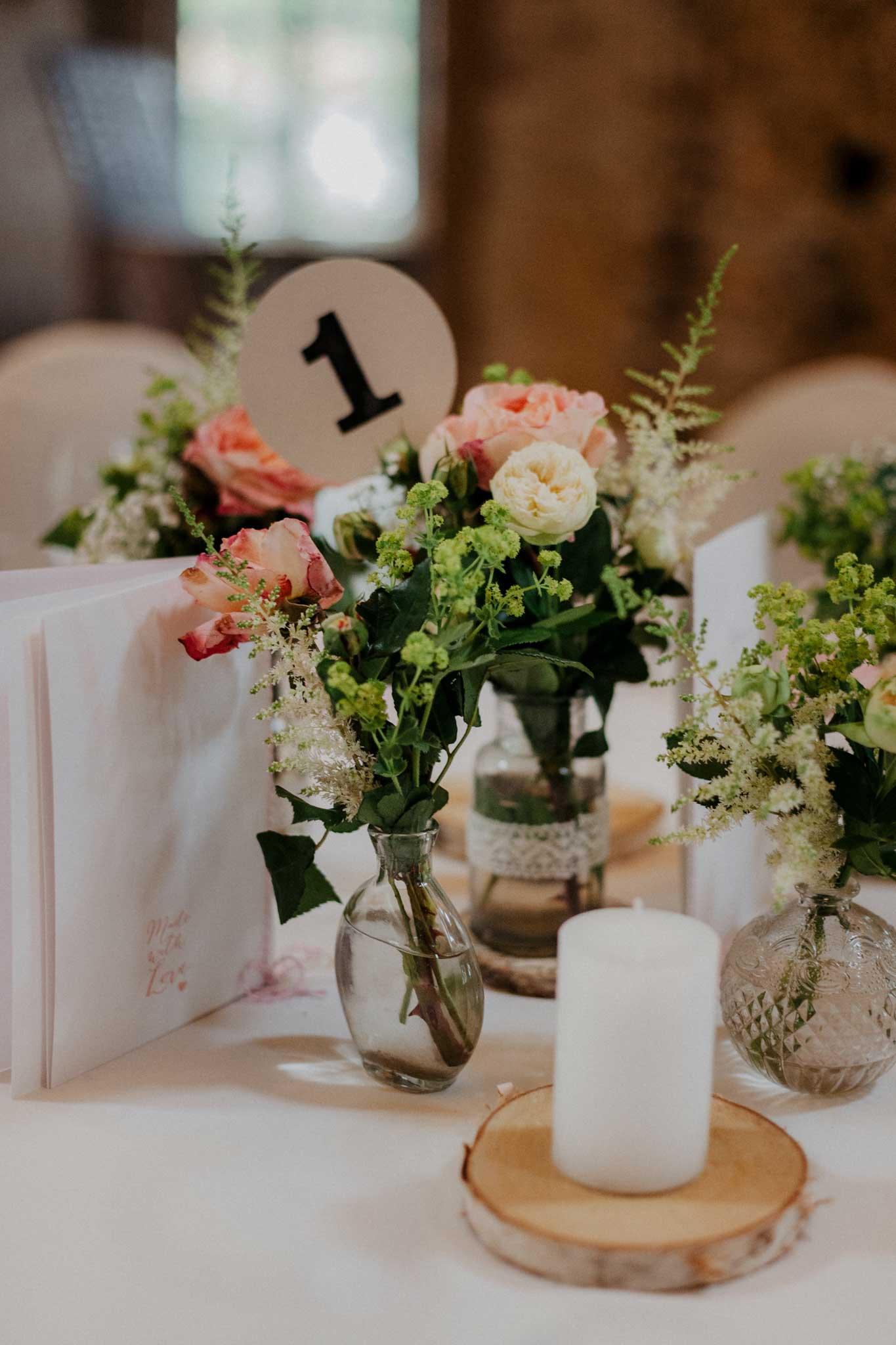 rustikale Tischdekoration zur Hochzeit