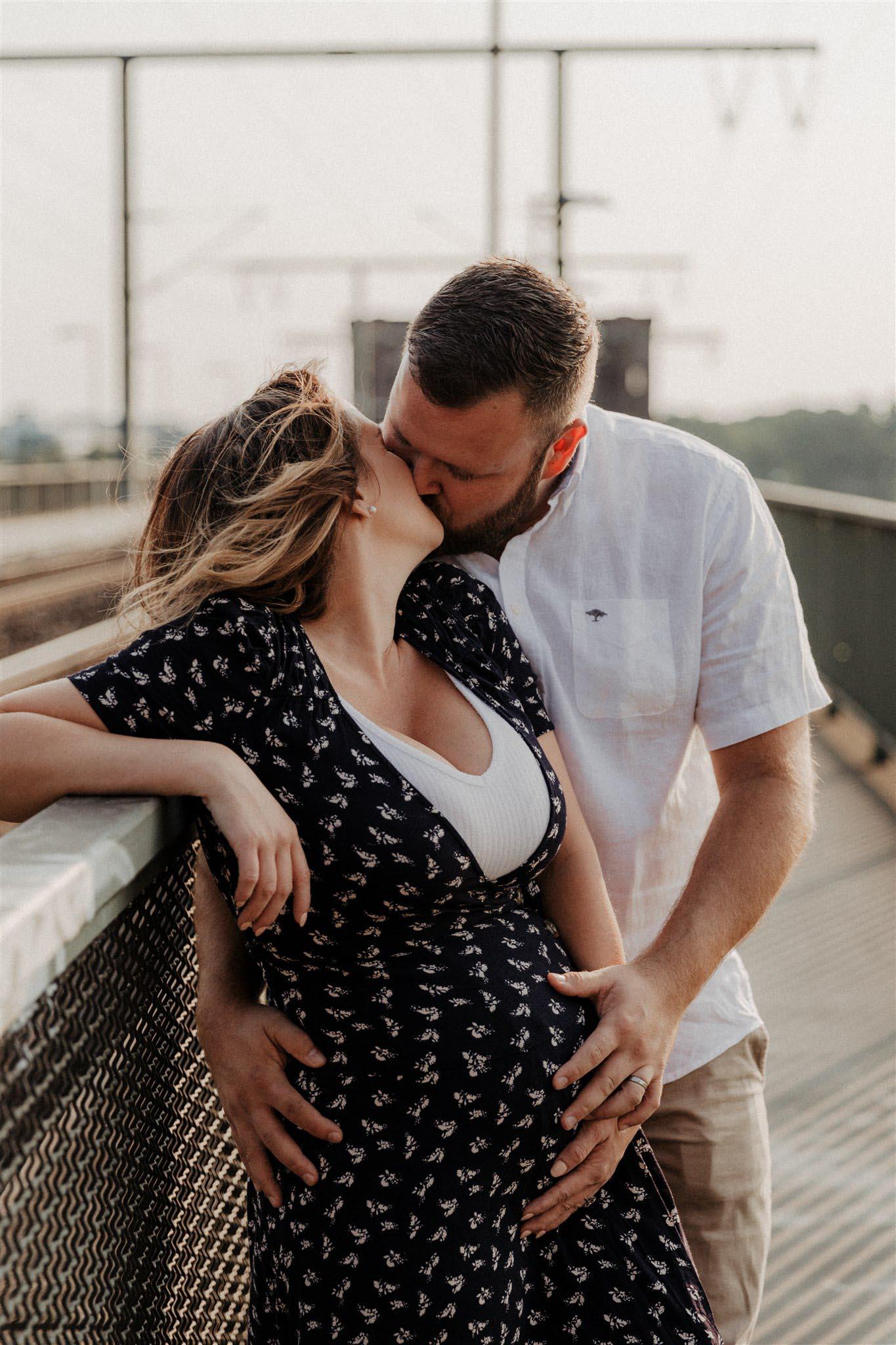 Küssendes Paar beim Babybauchshooting in Köln