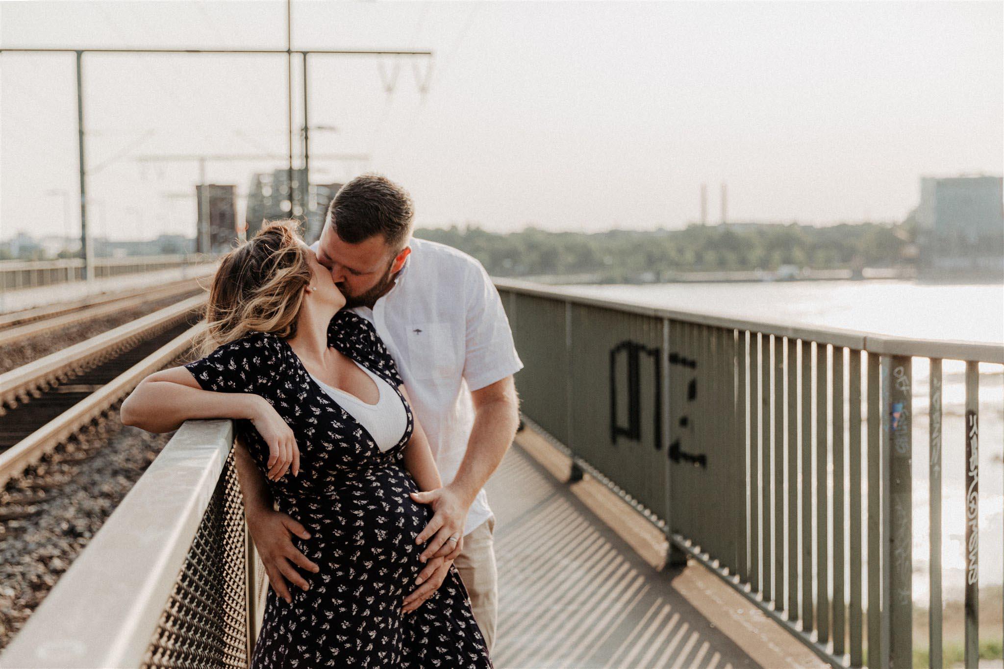 Babybauchshooting auf der Südbrücke in Köln